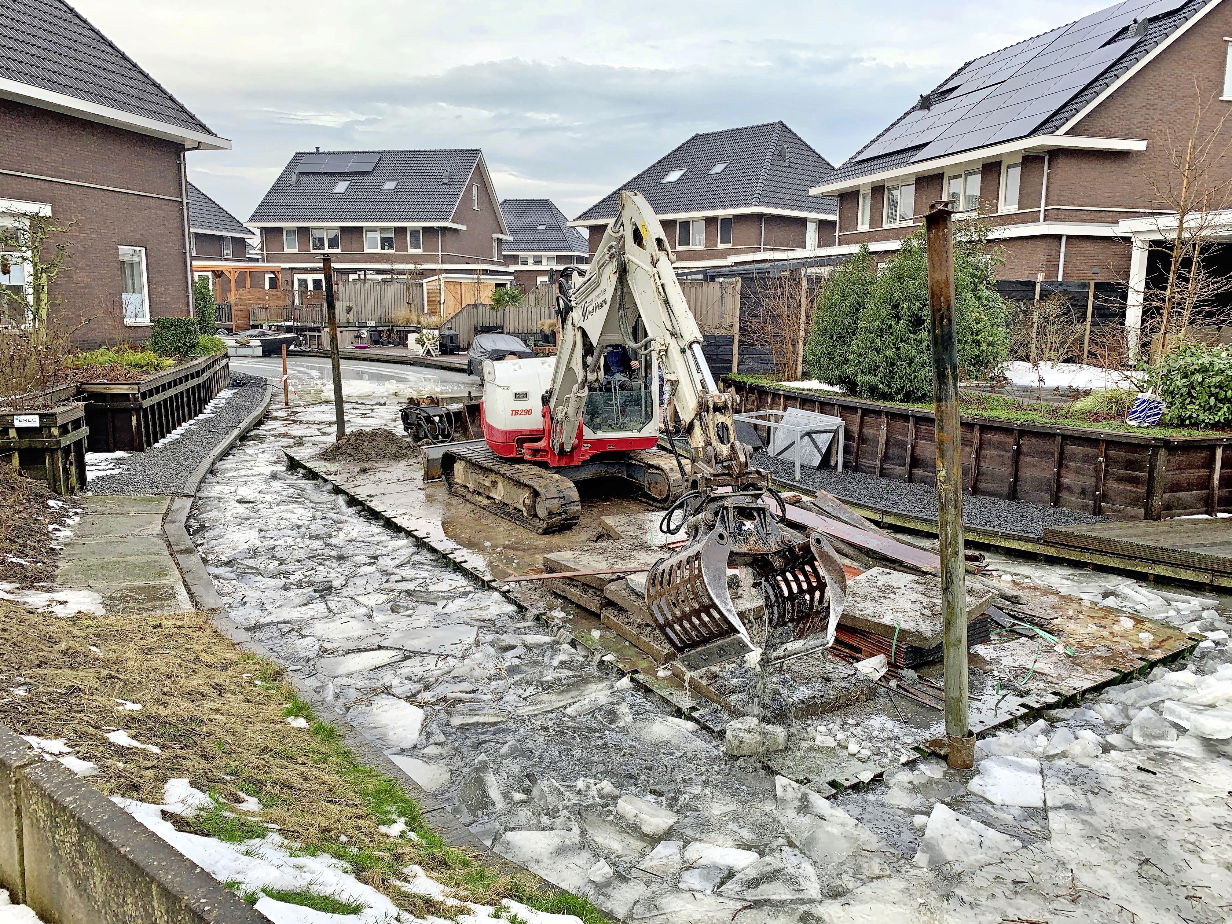 Het geluid van krakende schotsen markeert het einde van de ijspret in Grootebroeker nieuwbouwwijk