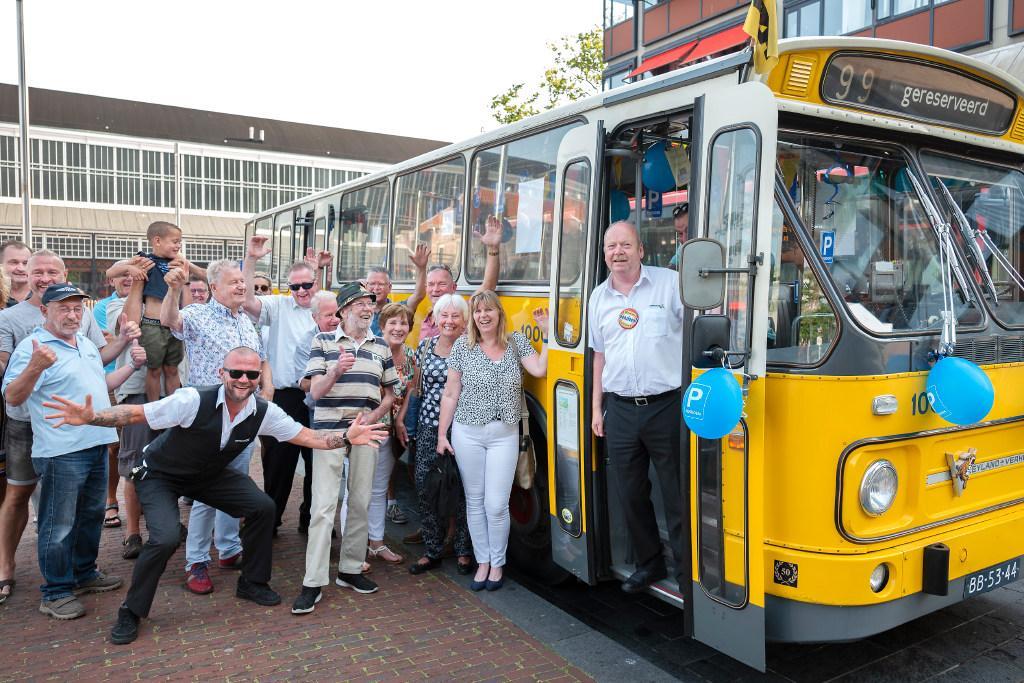 Vrolijke buschauffeur Ben Verhagen na 44 jaar met pensioen, maar hij rijdt nog even door