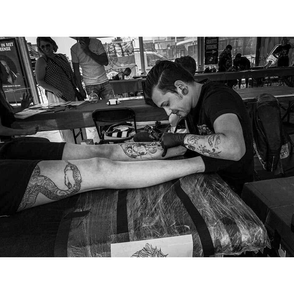 Tattoo-artiest Mex Smit (25) uit Den Helder doet wereldrecordpoging: 62 uur lang tatoeëren en nee, dat wordt geen dolfijntje