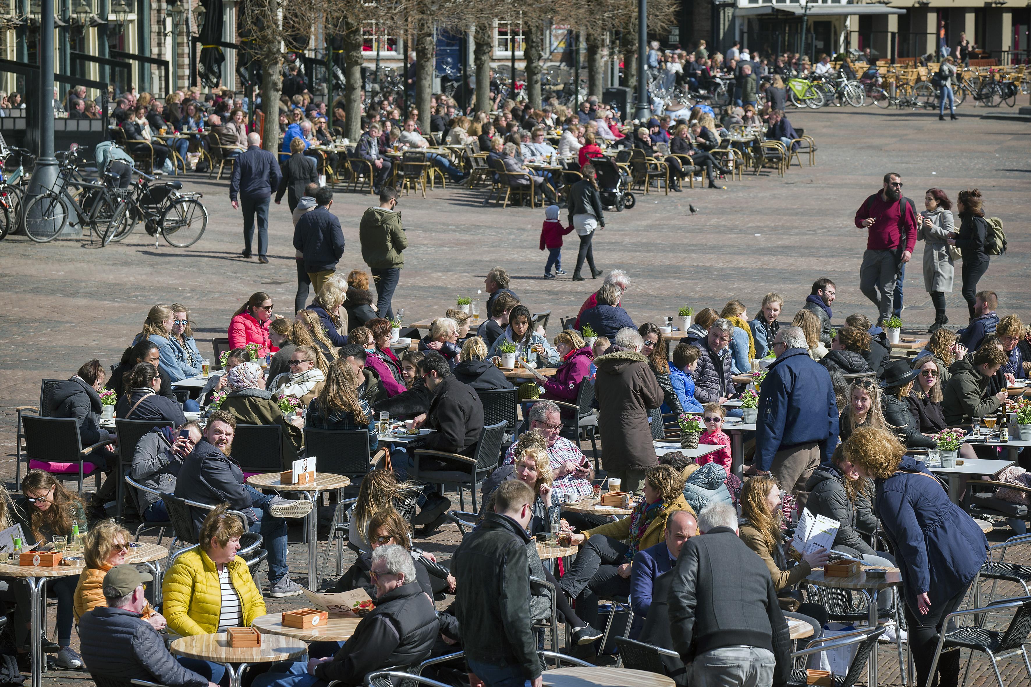 Horecavoorman wil 'simpele formule' voor alle terrassen in Haarlem, KHN-voorzitter pleit voor maximumleeftijd terrasbezoek