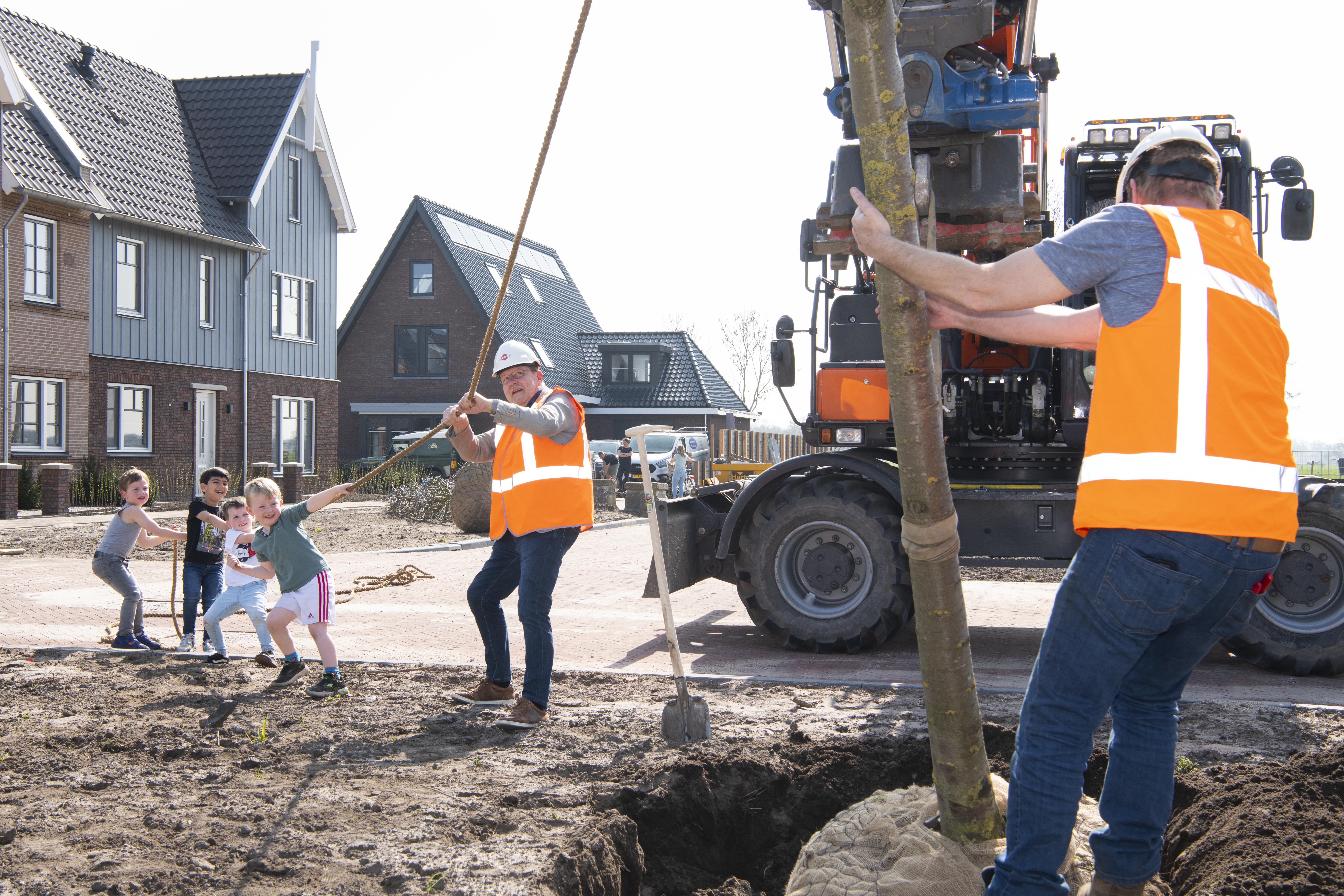 Kinderen planten samen wethouder eerste boom in Van Wijkplantsoen