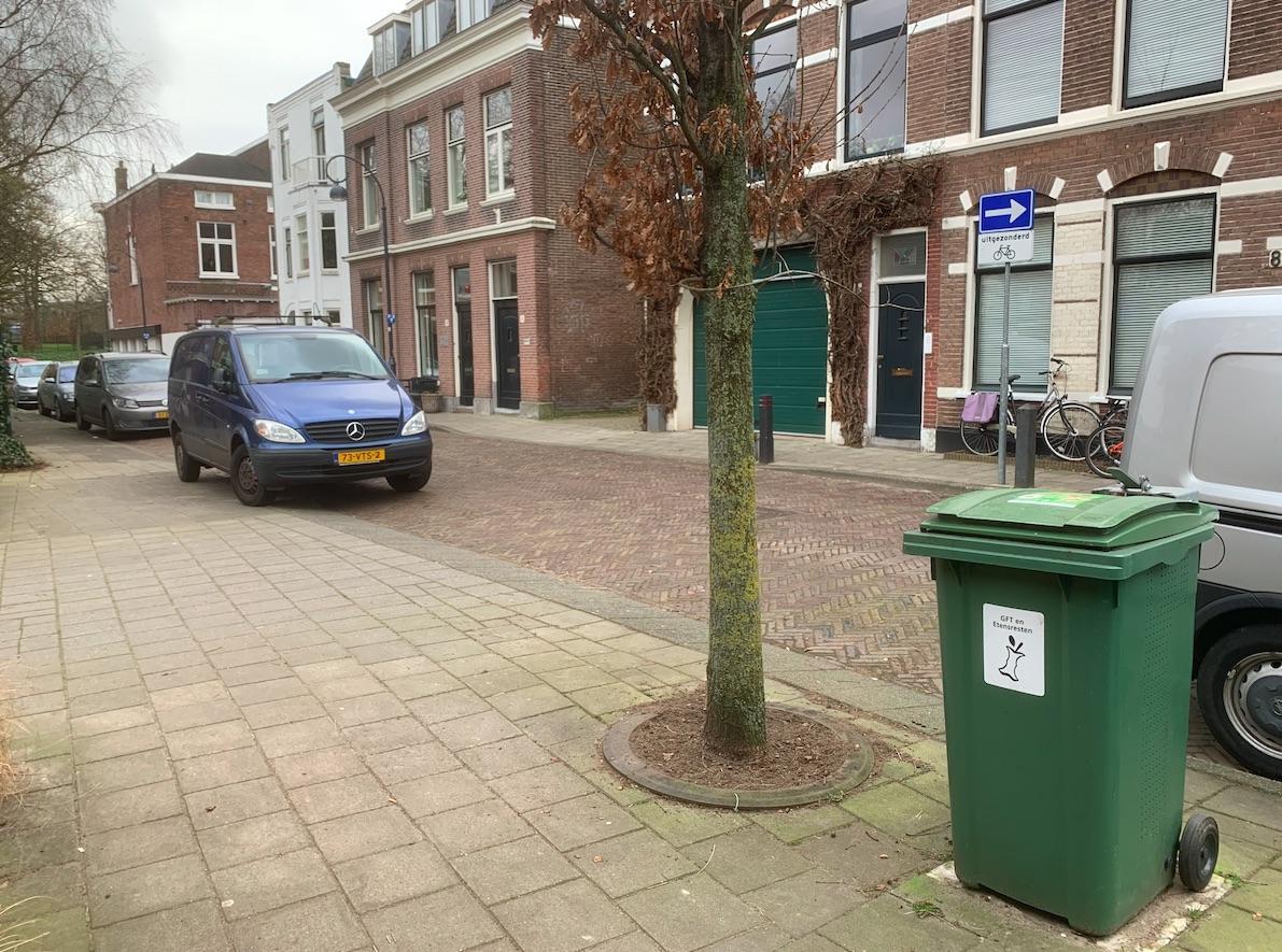 Stinkende gft-bak moet van Raad van State naar andere plek, Haarlemmer kan in de zomer weer in de tuin zitten