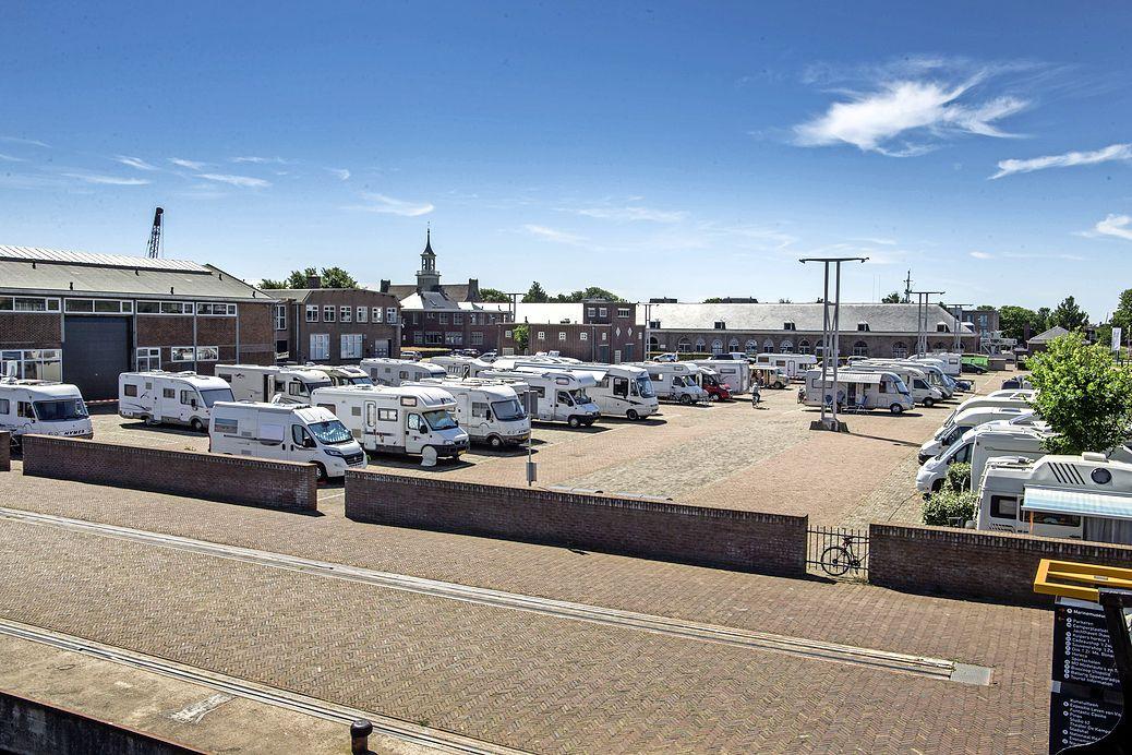 Gemeente Den Helder heeft 'geen aanleiding om camperplaatsen op korte termijn weg te halen van Willemsoord'. Het vizier is nu gericht op campers in woonwijken