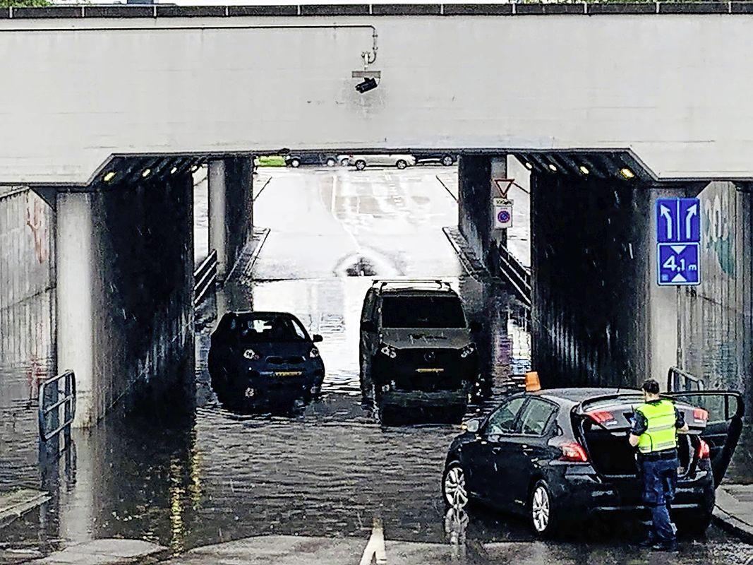 Wolkbreuk zet straten en viaducten Beverwijk blank