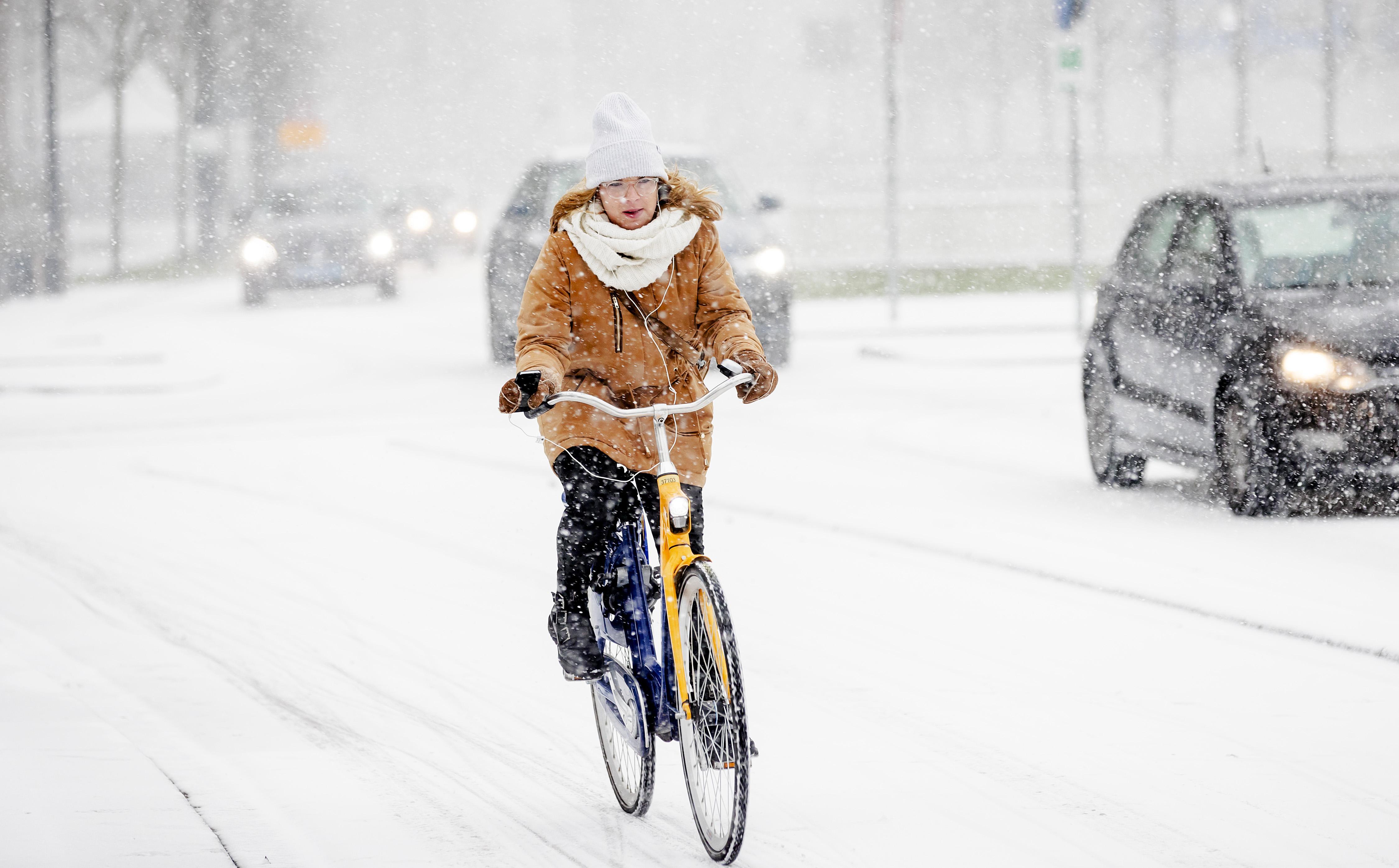 Nederland krijgt dit weekend te maken met veel sneeuw; laag tot 20 centimeter verwacht. Kans op sneeuwjachten door windkracht 7
