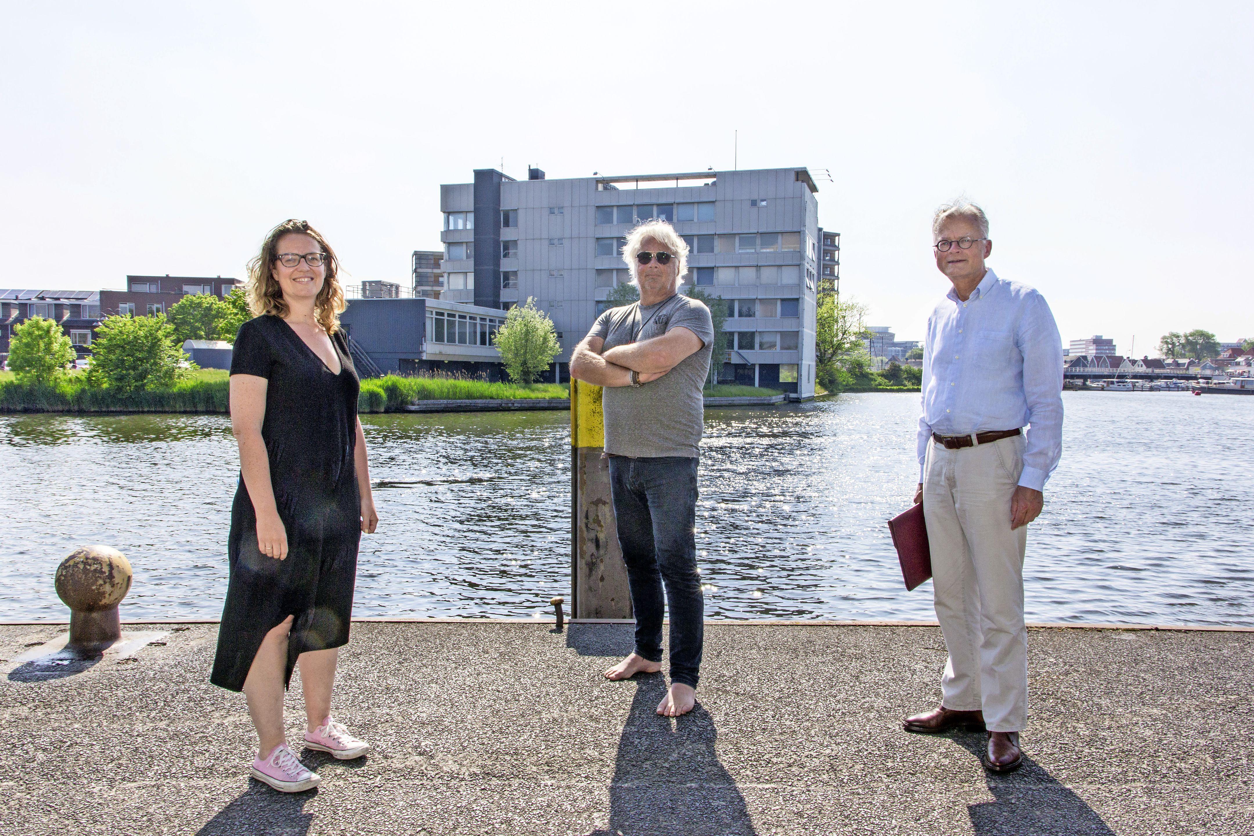 Bewoners Prins Hendrikkade Zaandam pleiten voor behoud Pont-kantoor. 'Niet slopen, maar verbouwen'