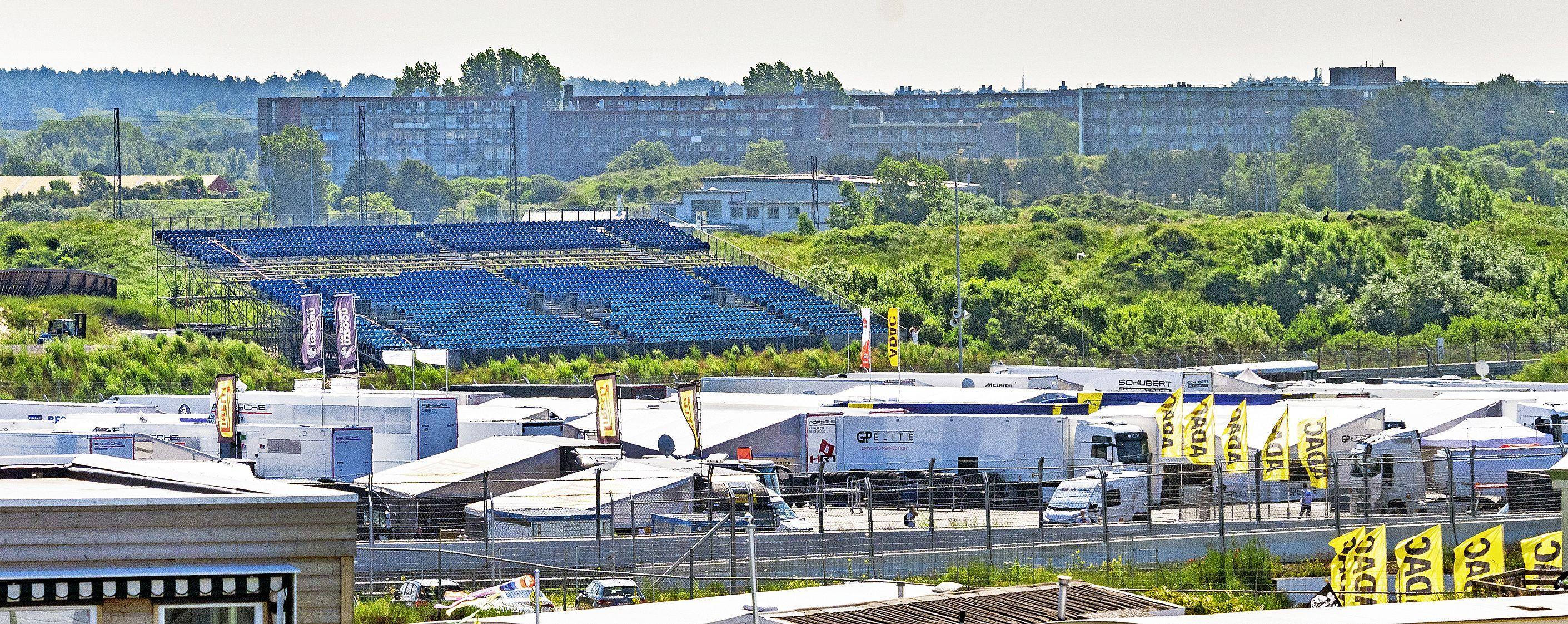 Tweehonderd trailers op het terrein van Buko in Beverwijk, kraanwagens en medewerkers moeten toezien dat de verkeersstromen goed lopen tijdens Grand Prix