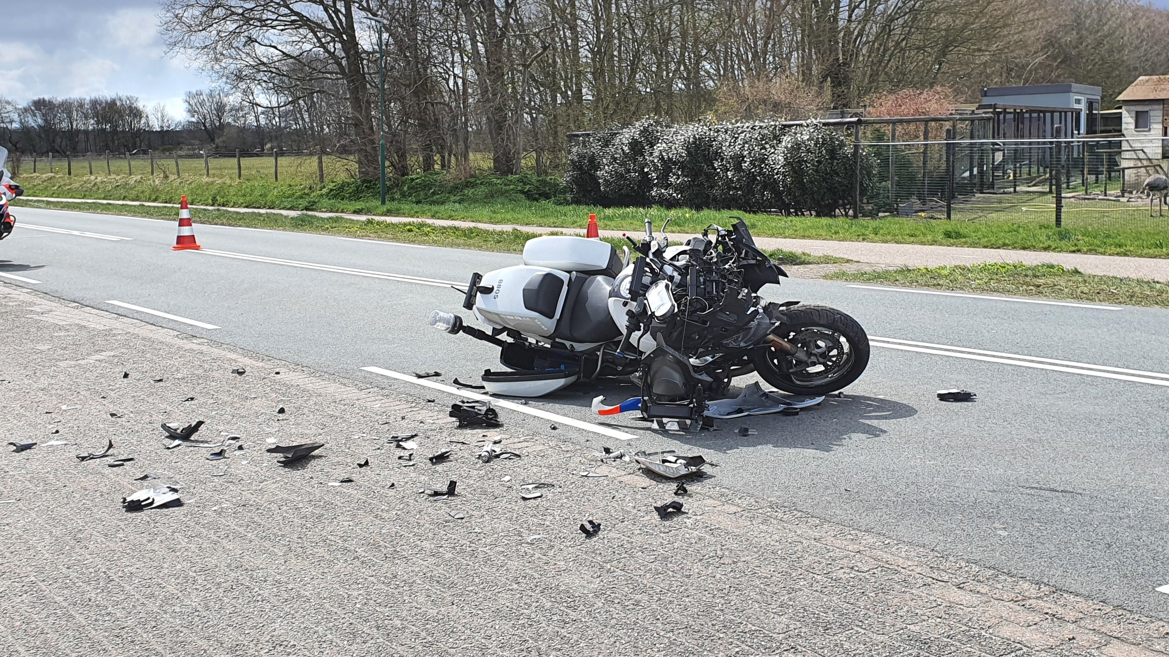 Politiemotor zwaar beschadigd door botsing met trekker in Egmond-Binnen