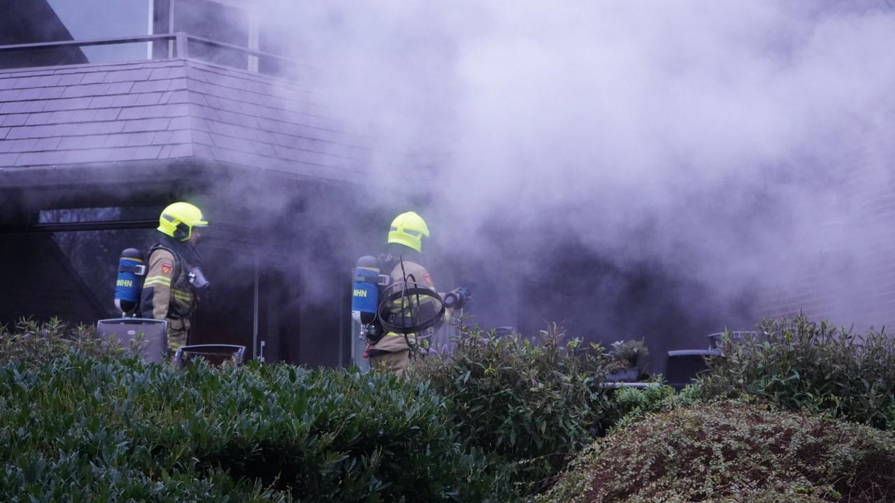 Brand bij een appartement in Heiloo; Zeeweg richting Egmond afgesloten