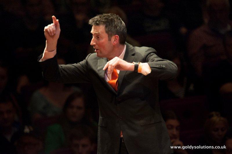 Met acht kilo partituren in zijn koffer vliegt dirigent Erik Janssen uit Krommenie de hele wereld over om orkesten (nog) beter te maken