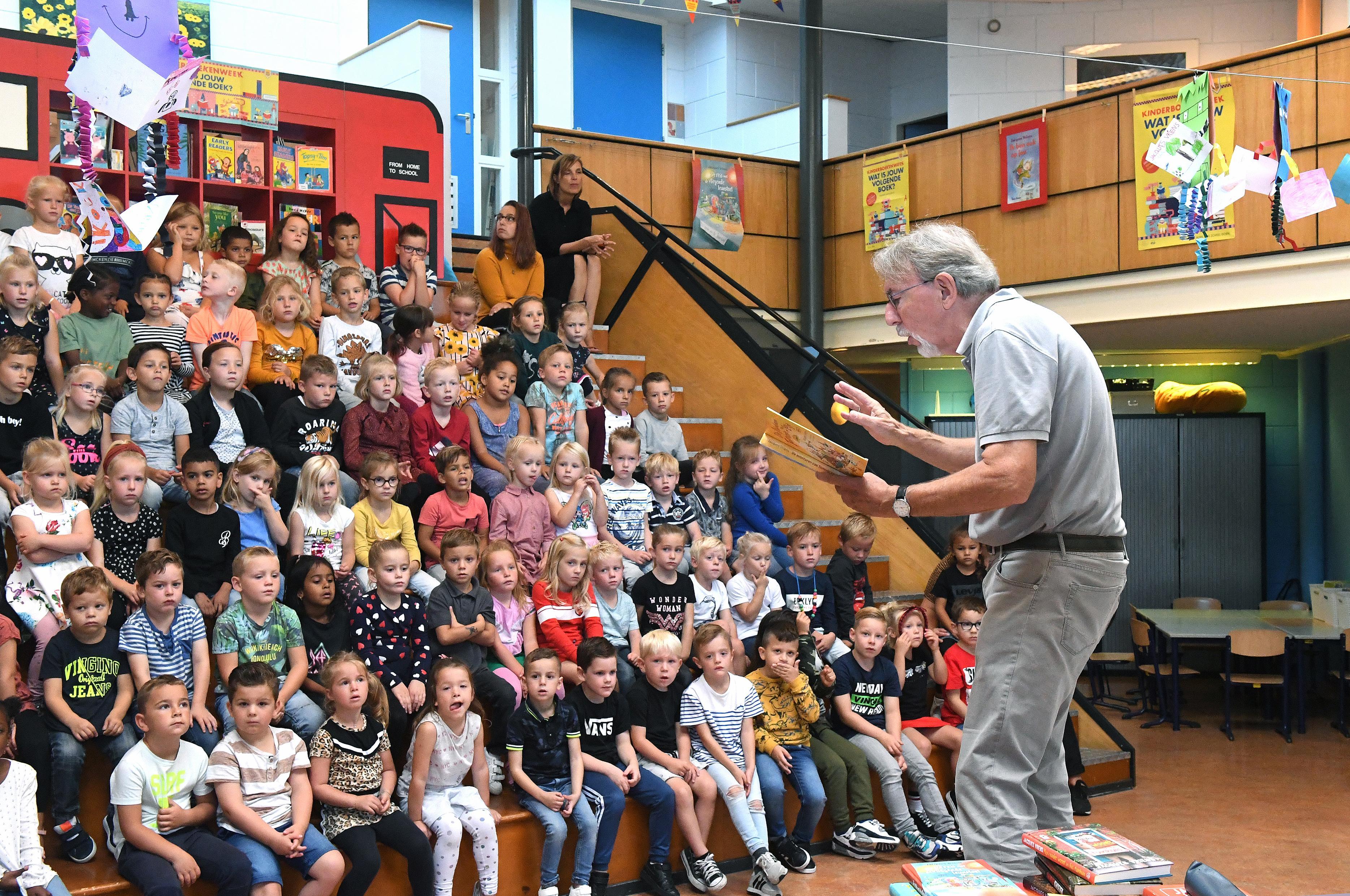 Kleuters van basisschool De Dijk weten dondersgoed wie Jacques Vriens is: 'De timmerman? De schilder? Nee, de schrijver!'