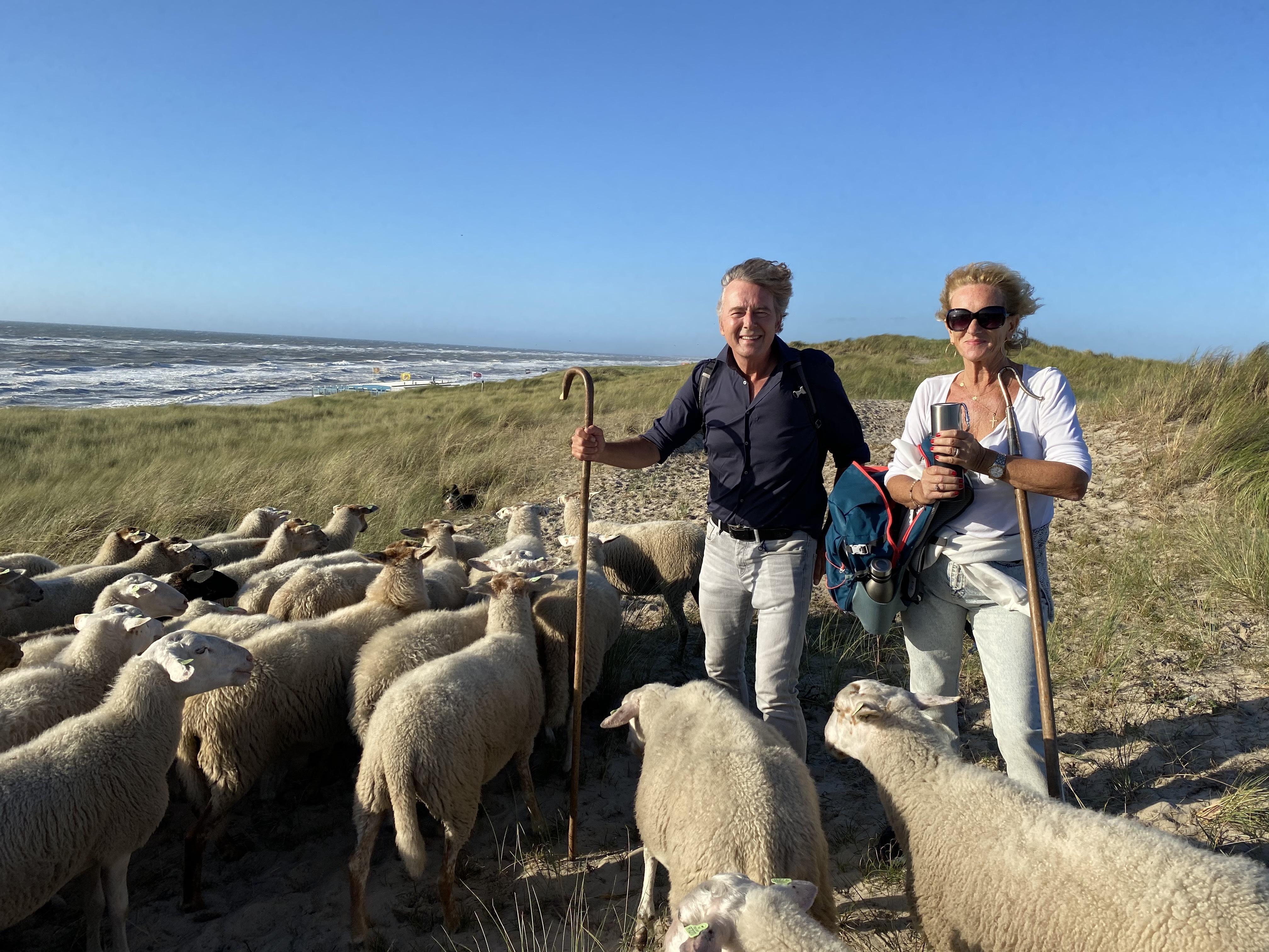 Tineke Schouten en Bert van Leeuwen in Zwanenwater op stap met 250 schapen van Marijke Dirkson