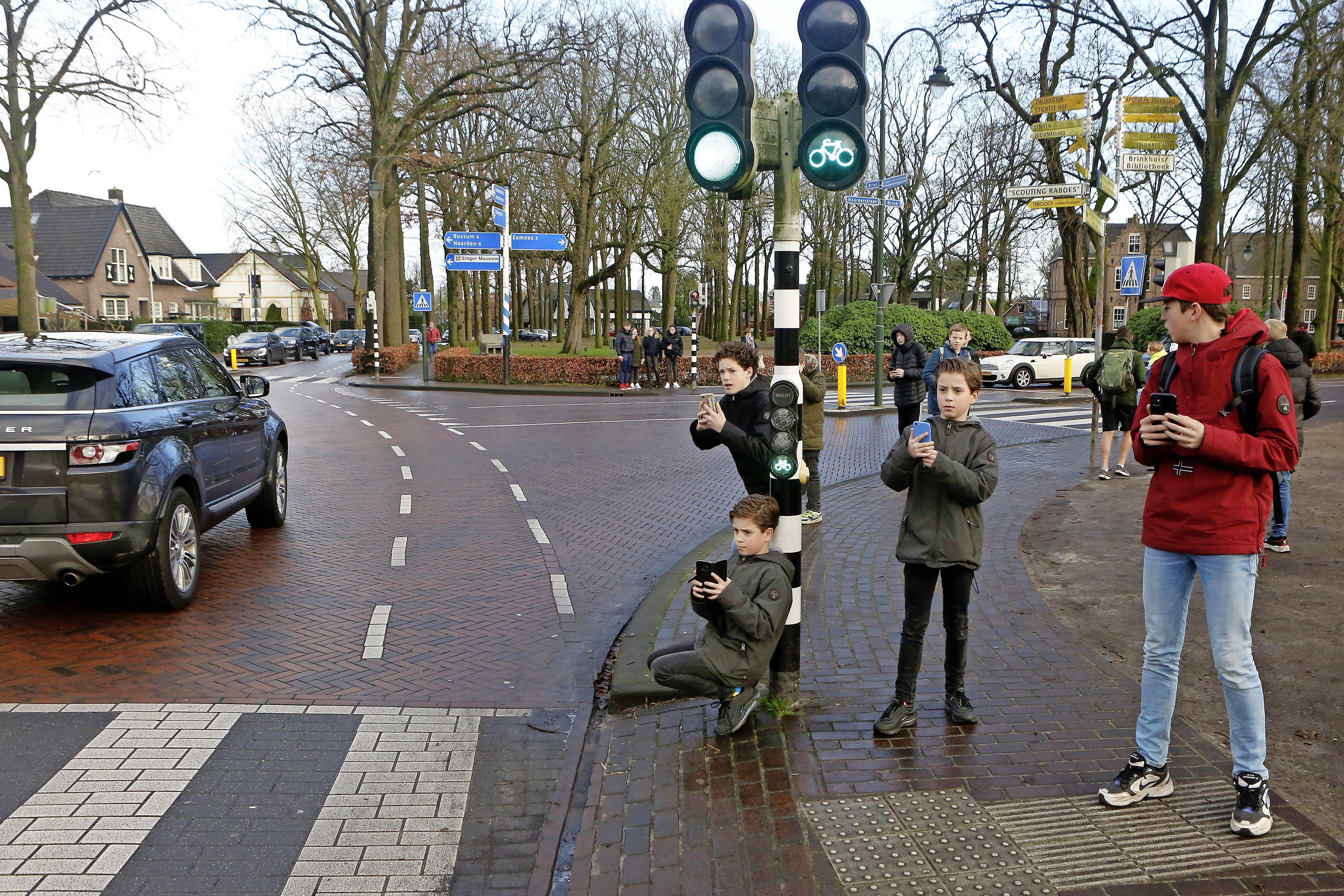 Toegangswegen naar de Brink blijven gesloten tot coronamaatregelen versoepelen; 'Autospotters komen zolang er geen ander tijdverdrijf is'