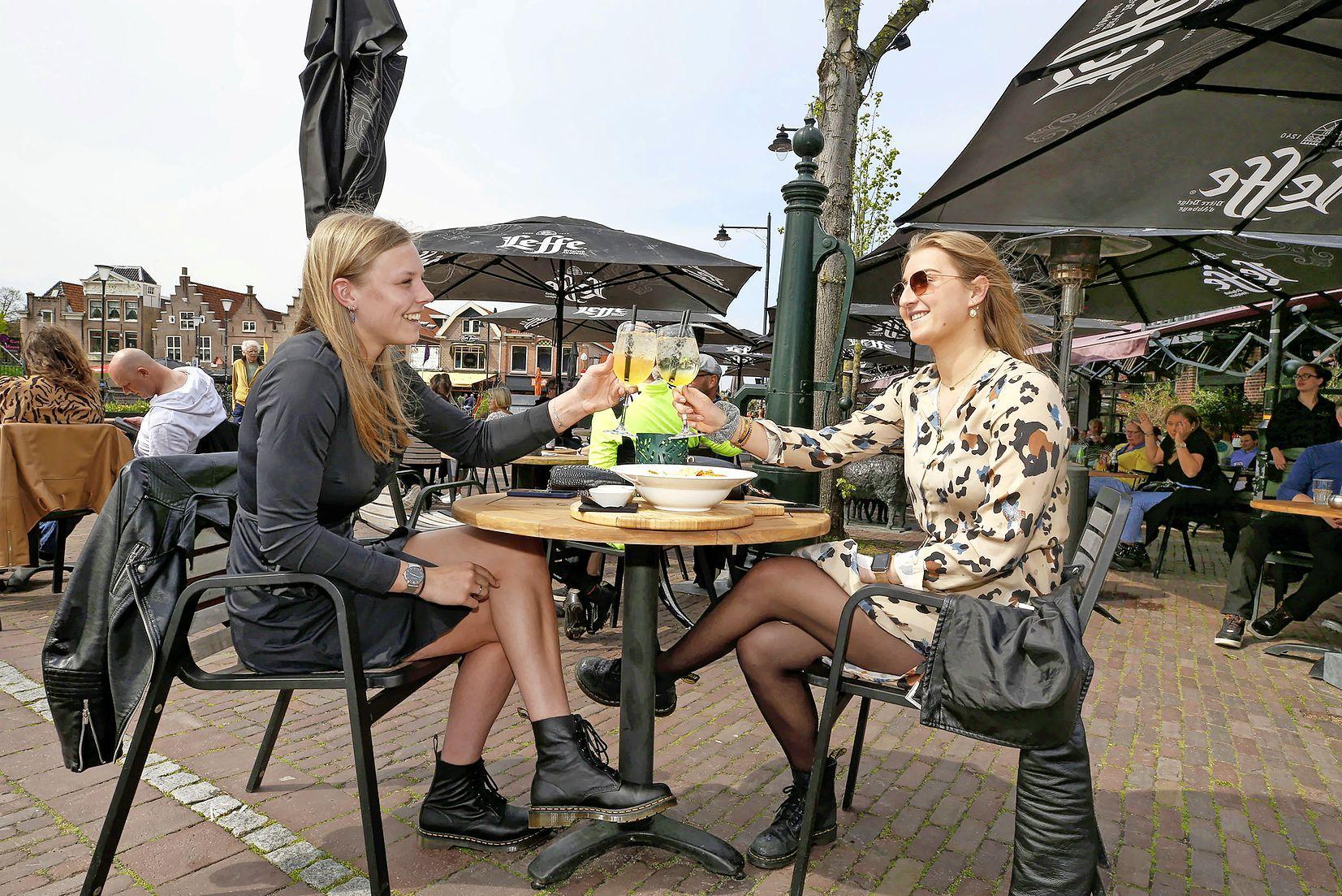 Lisa en Isa nemen er nog eentje in Schagen. 'Want daar zijn de terrassen toch 't gezelligst'. Eindelijk een zonnige middag voor de horeca