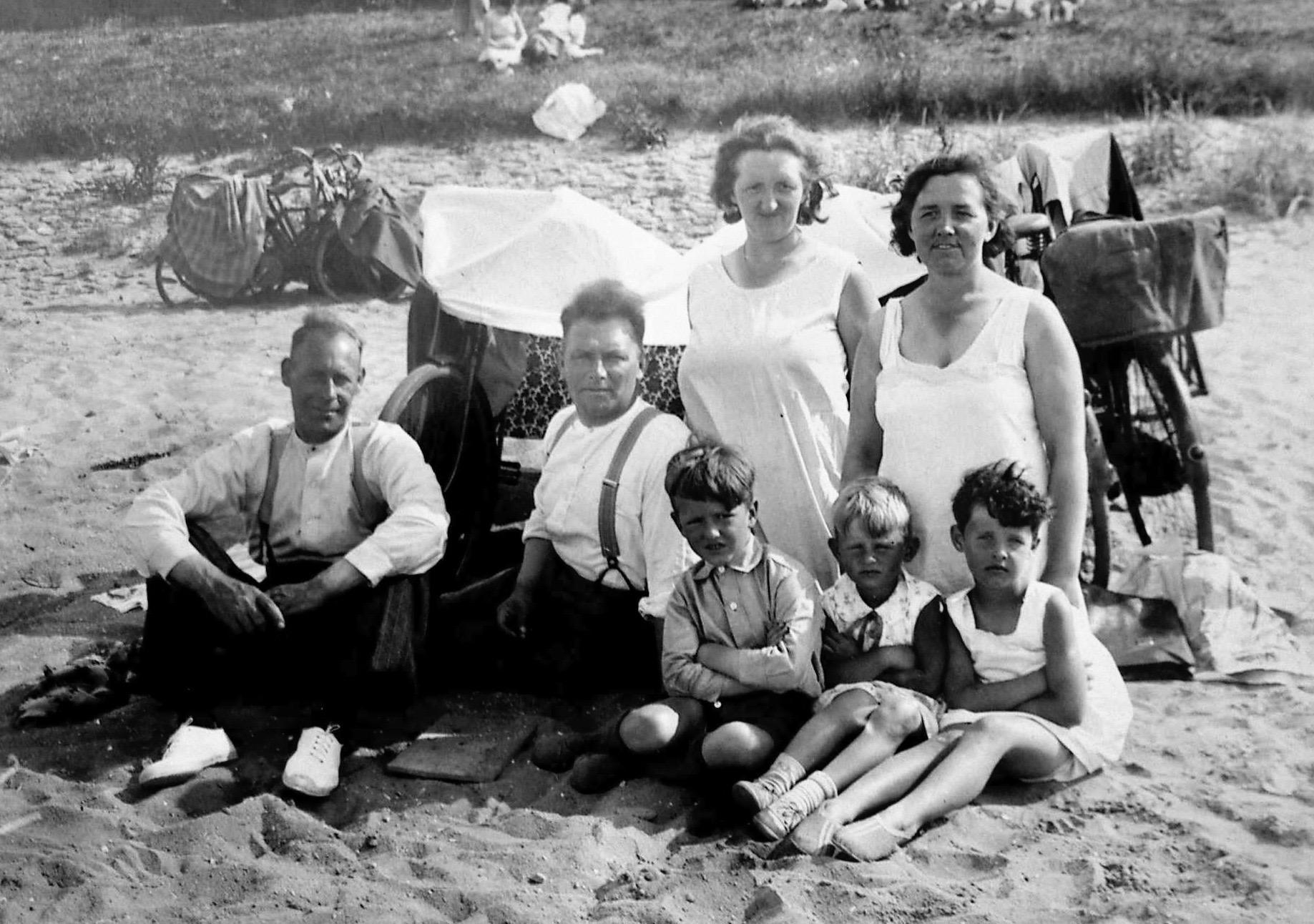 Hoe brachten onze (over)grootouders de warme zomerdagen door? Stuur ons uw plaatjes van 'ouderwetsch vakantievermaak'