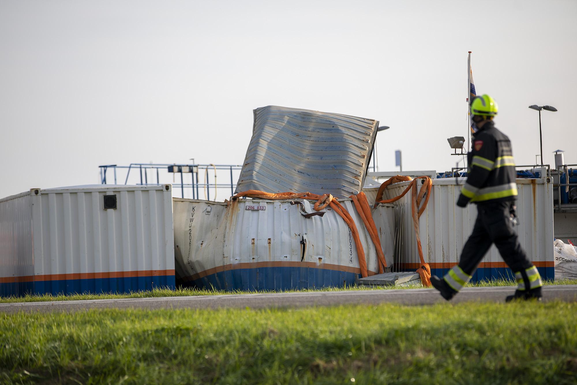 Brandweer doet onderzoek naar explosie in container in Vijfhuizen