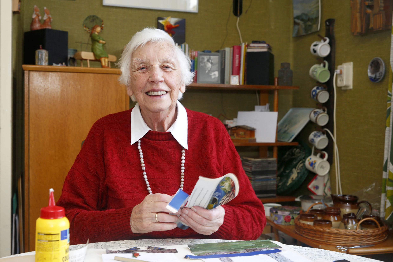 Ze scheurt, plakt en knipt en 'speelt' ook graag met blokken. Benieuwd naar het werk van de 86-jarige Willy Politiek de Vries? Neem een kijkje in de Cultuurschuur in Wieringerwerf