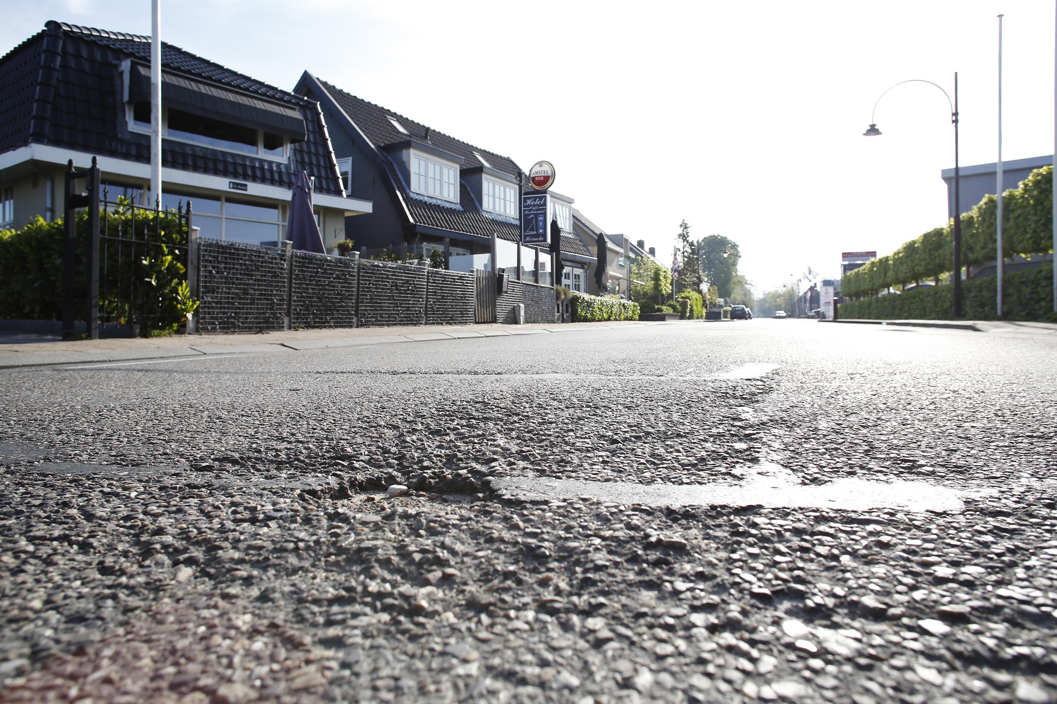 In de soap 'miskleunen rond wegwerk aan Oud-Loosdrechtsedijk', nu een meevaller: Asfalteren van 1,5 kilometer kan tonnen goedkoper