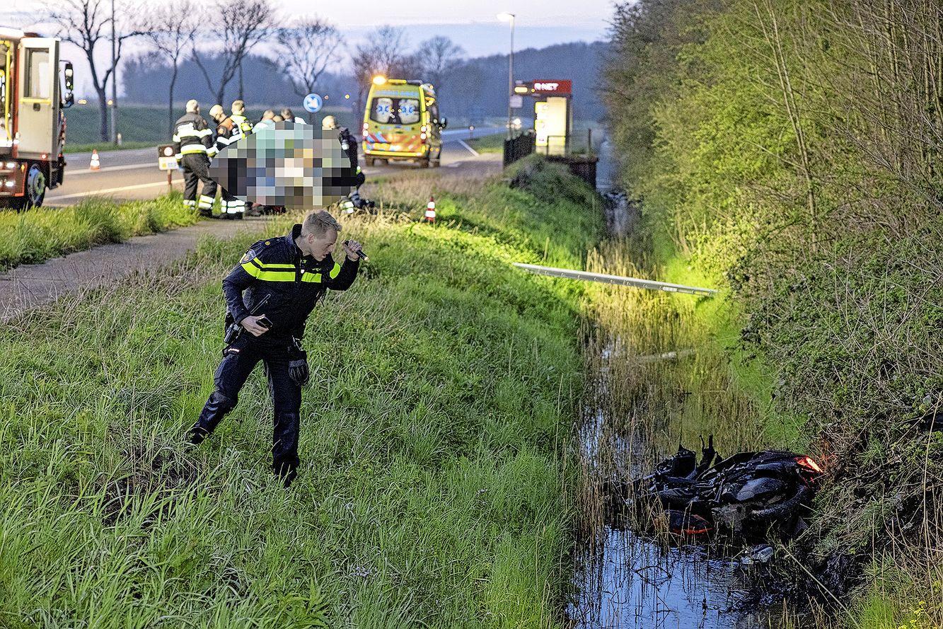 Motorrijder in sloot na botsing met auto in Velsen-Zuid