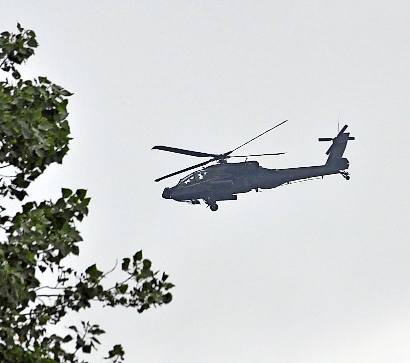 De twee Apache-helikopters boven Texel vlogen op 17 juni niet te laag boven broedgebieden. Maar de burgemeester werd te laat op de hoogte gesteld, aldus minister Bijleveld