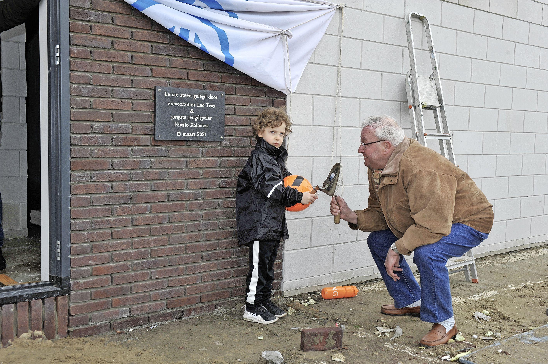 'Na 24 jaar is het zover': de eerste steen onthuld voor de nieuwe tribune en kleedkamers van DEM in Beverwijk