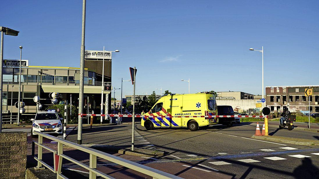 Fietsster belandt op voorruit auto op de Noorderstraat in Alkmaar, kruising afgezet