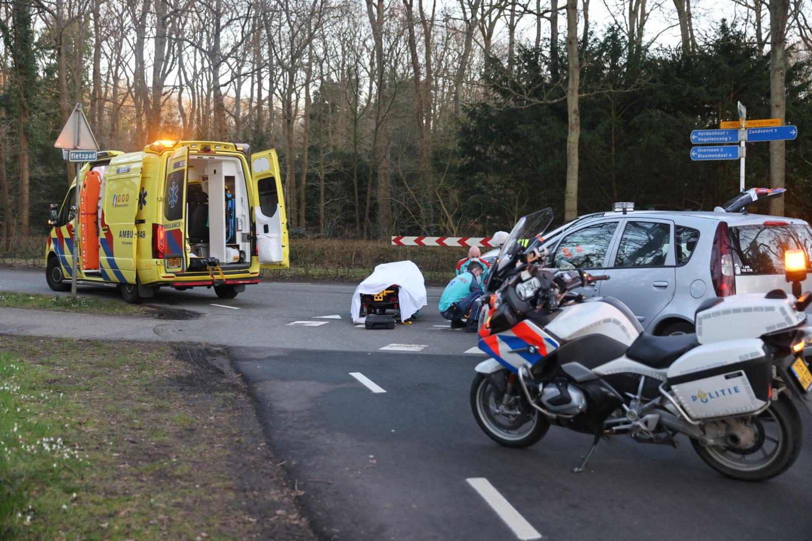 Fietser met spoed naar ziekenhuis na botsing met auto in Overveen