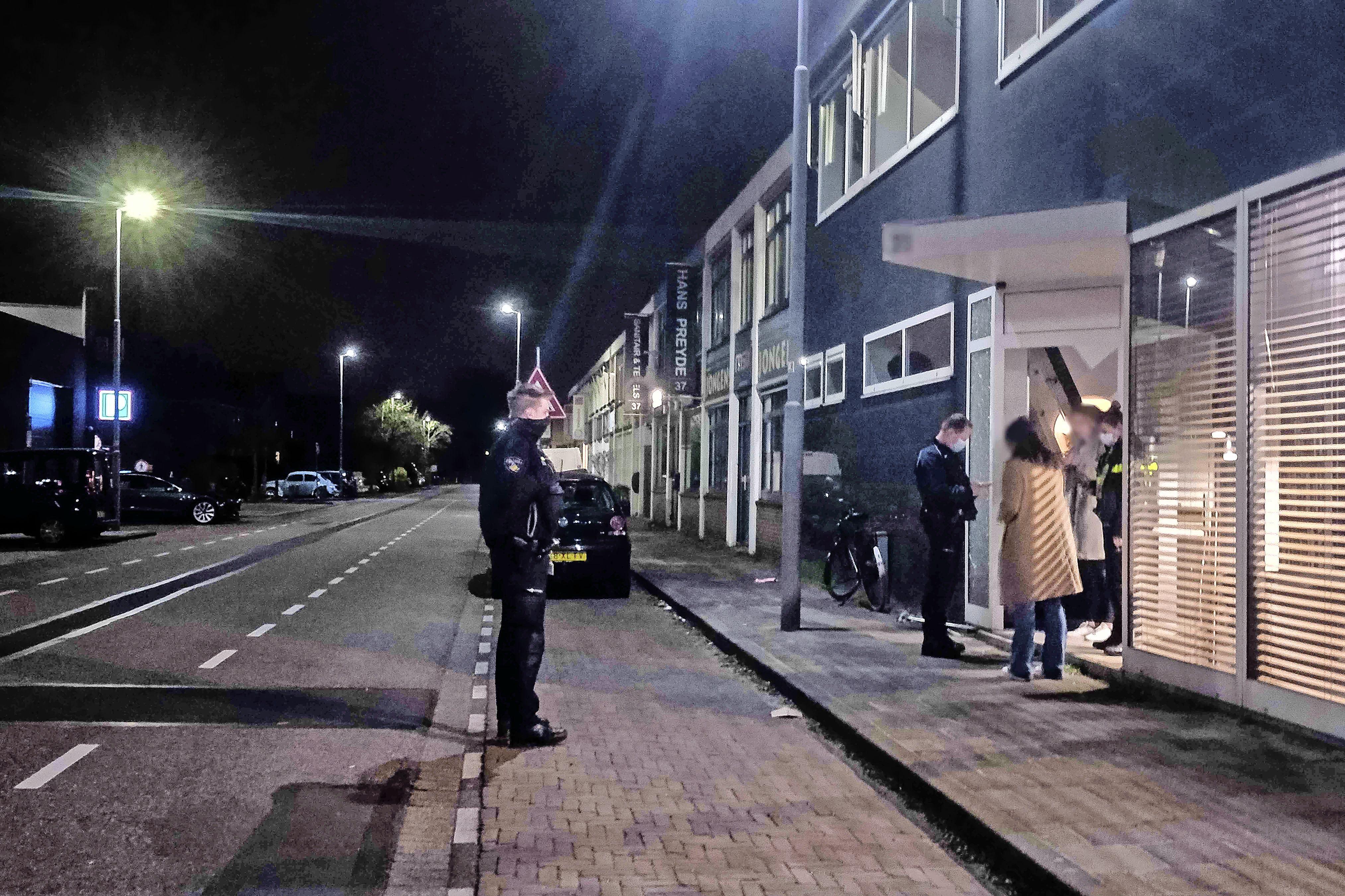 Politie stuit op illegale party en stuurt twintig feestgangers weg; vier proberen zich nog te verstoppen