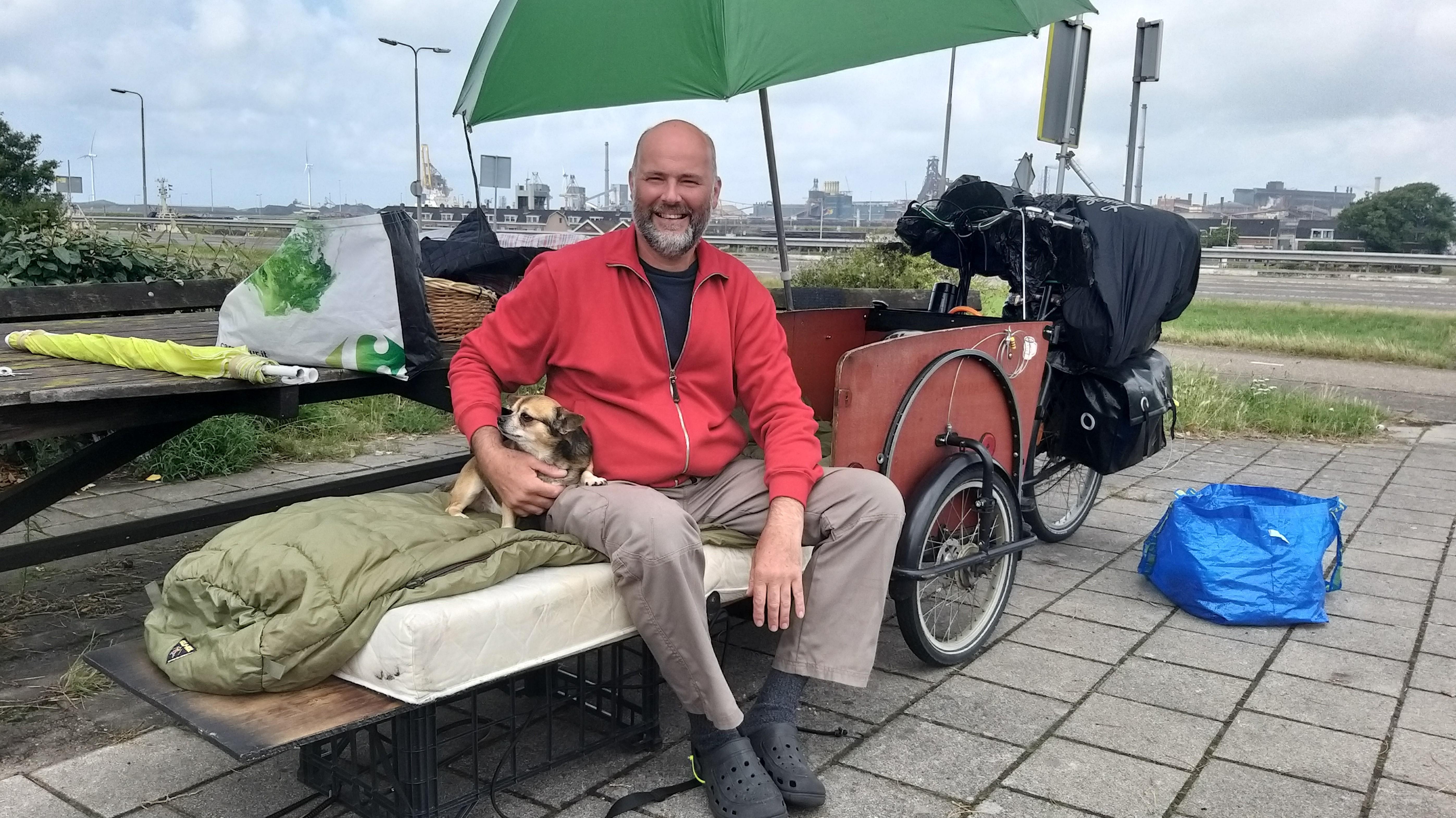 Kurt fietst met hondje Django vanuit Antwerpen naar IJmuiden op een omgebouwde bakfiets: 'Slapen doe ik in het bos'