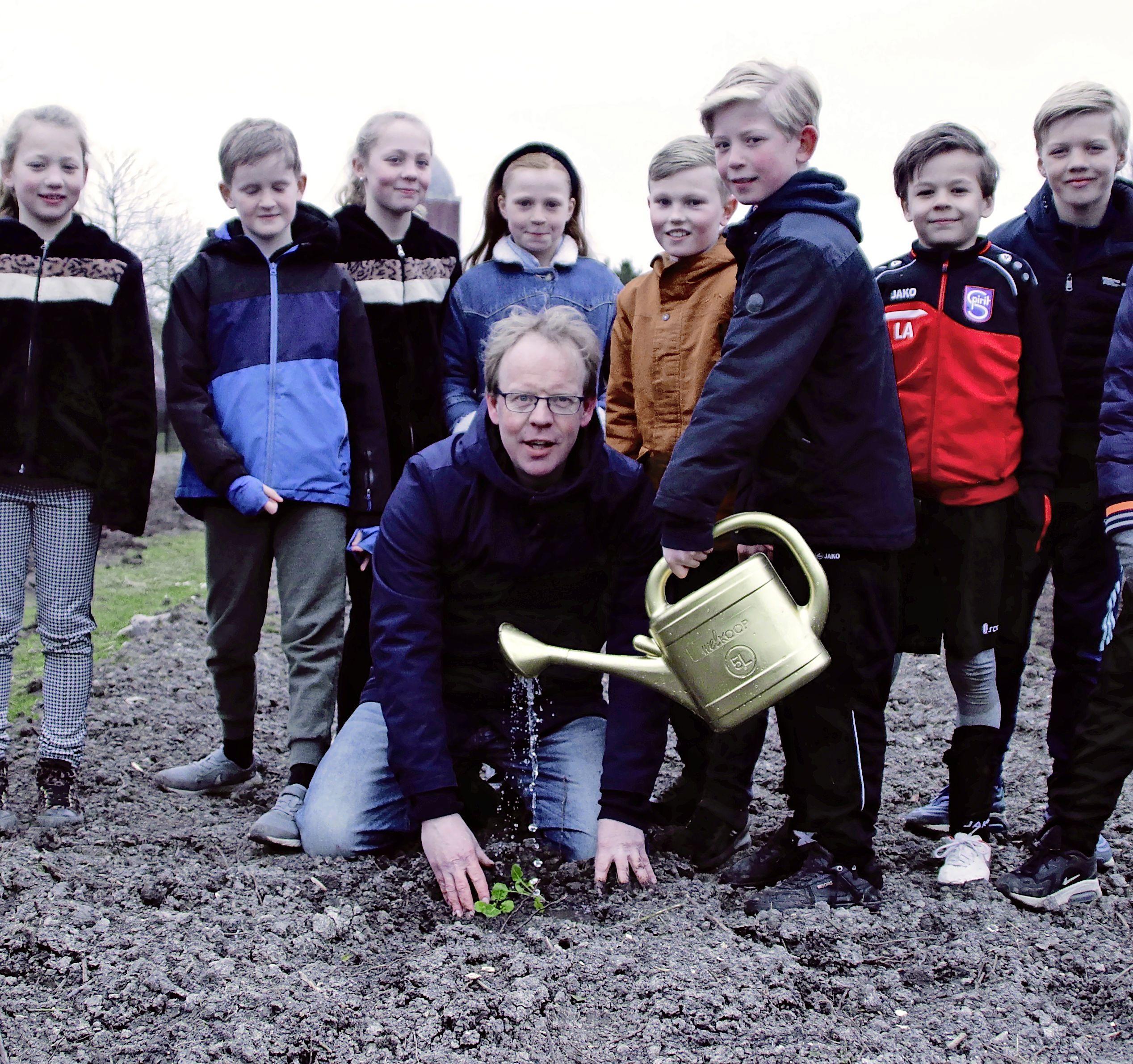 Ook kids in Hoogkarspel krijgen biologieles in de open lucht: wroeten in de schooltuintjes
