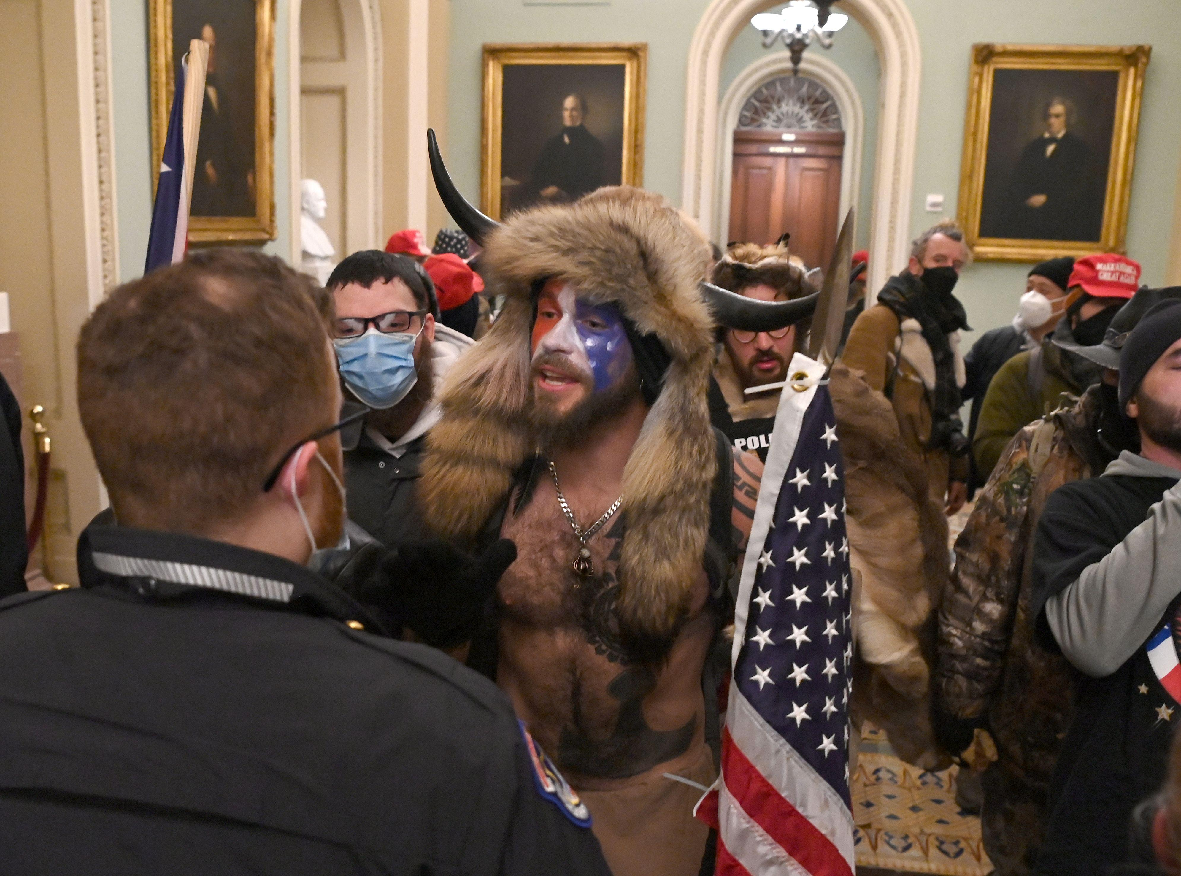 Na de bestorming van het Capitool door de Village People 2.0 ging ook de beer in mij los | Column In 60 seconden