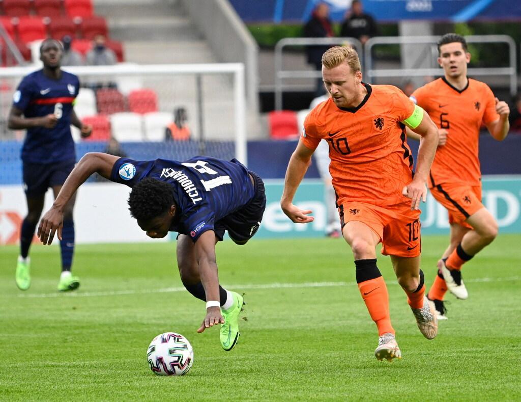 AZ-speler Dani de Wit na stunt met Jong Oranje: 'We hadden even een feestje met muziek in de bus'