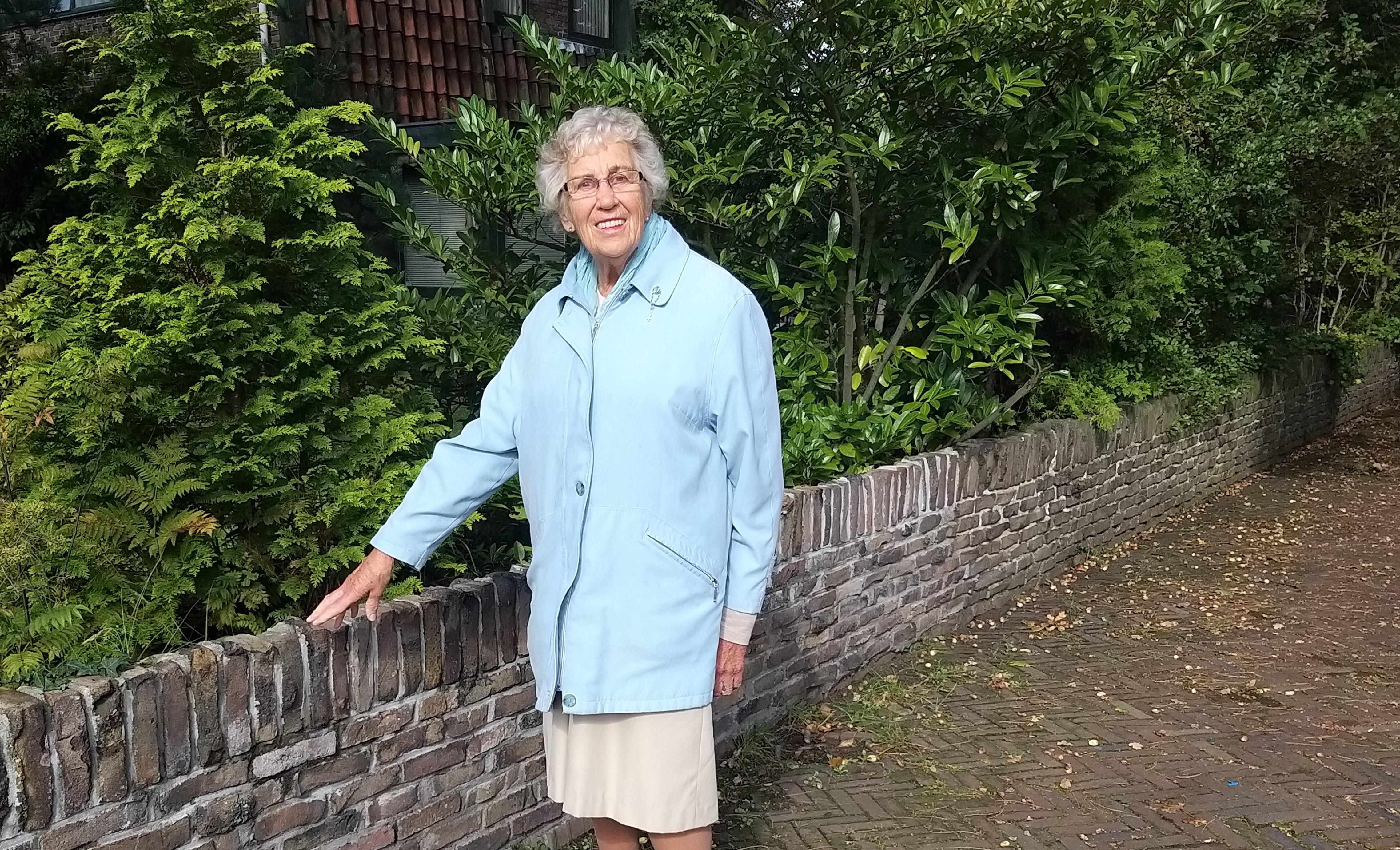Corrie (84) laat haar dochter bijzonder muurtje in IJmuiden zien: 'Net na de oorlog kregen NSB'ers en moffenmeiden de opdracht om als straf die stenen schoon te bikken voor hergebruik'