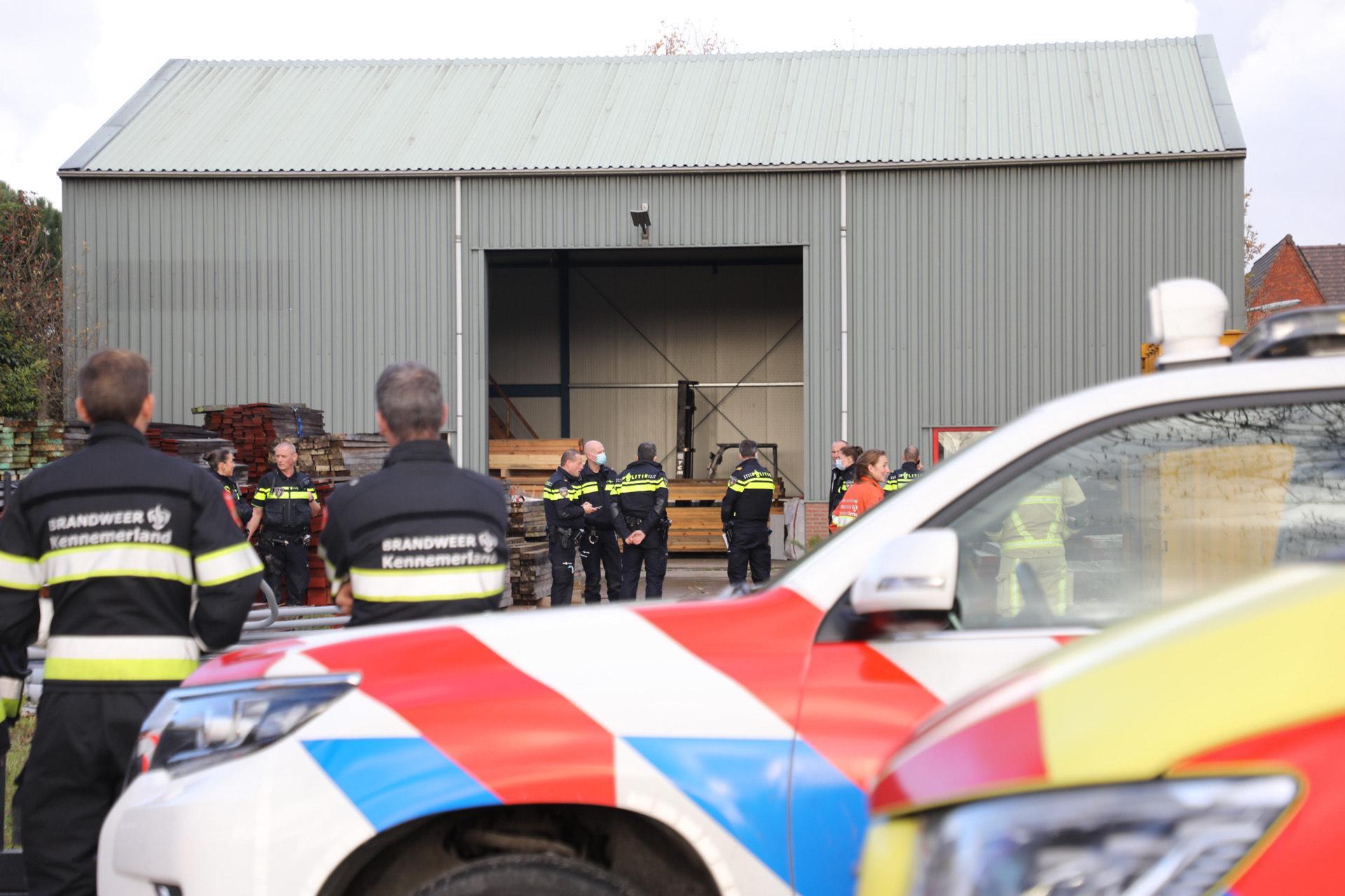 Agente onwel door chemische lucht bij politie-inval in Hoofddorp