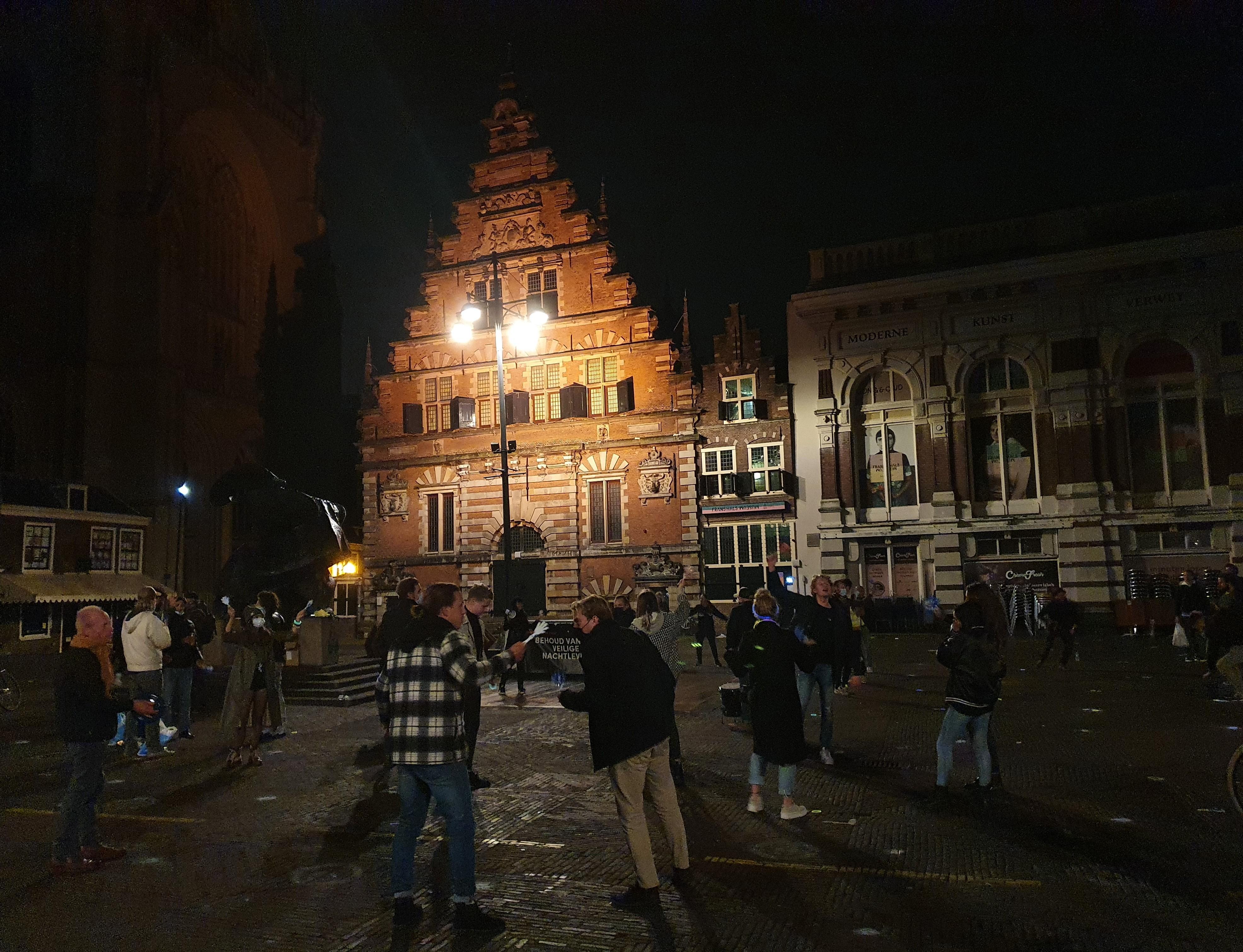 Klepperen en klapperen met voorwerpen op de Grote Markt in Haarlem: protestactie tegen vervroegde sluiting horeca vredig verlopen