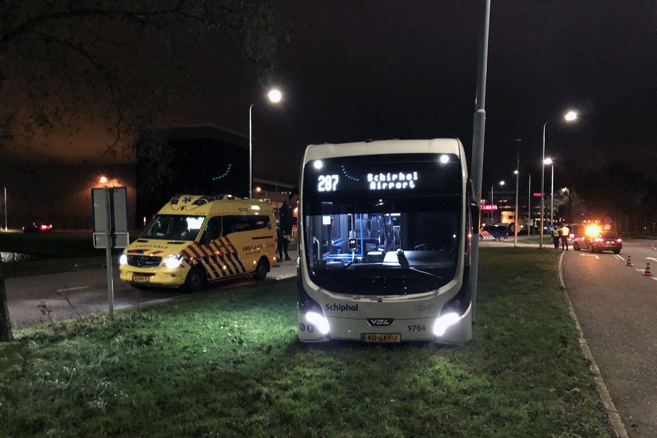 Lijnbus belandt in de berm na aanrijding bij Schiphol