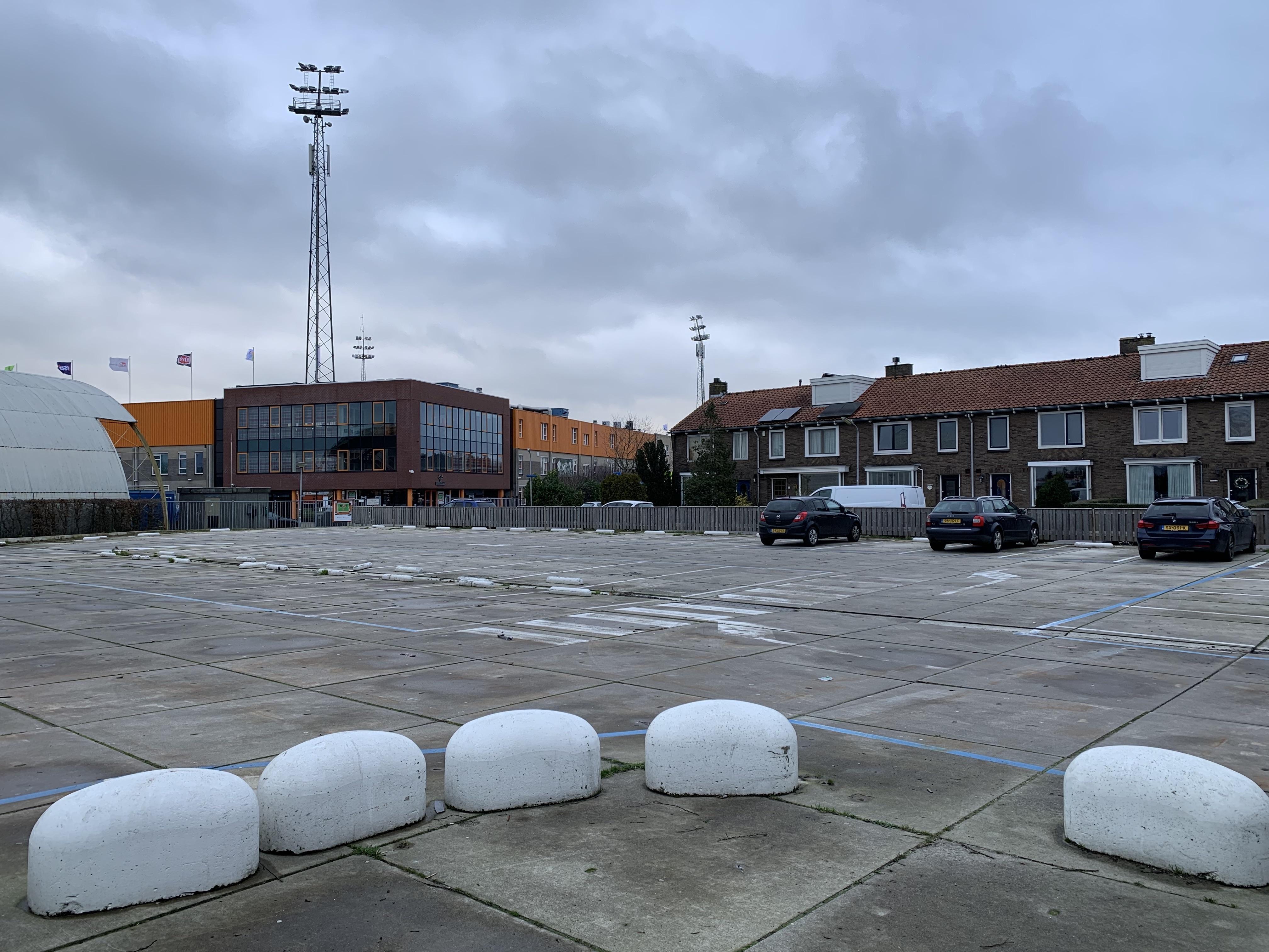 Leeggekomen Taseterrein in Volendam levert tijdelijk veel extra parkeerruimte op