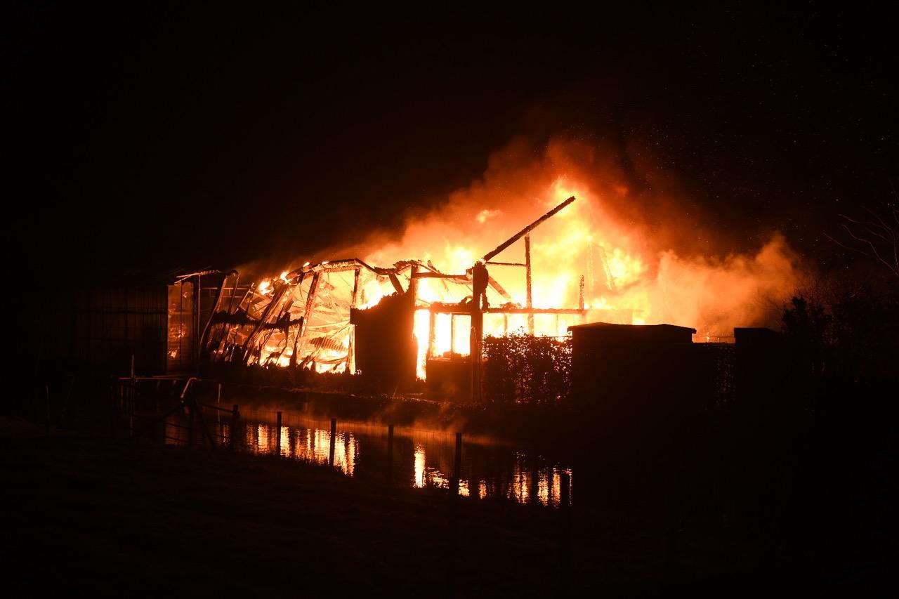 Kas afgebrand in Hazerswoude-Dorp, woning gered