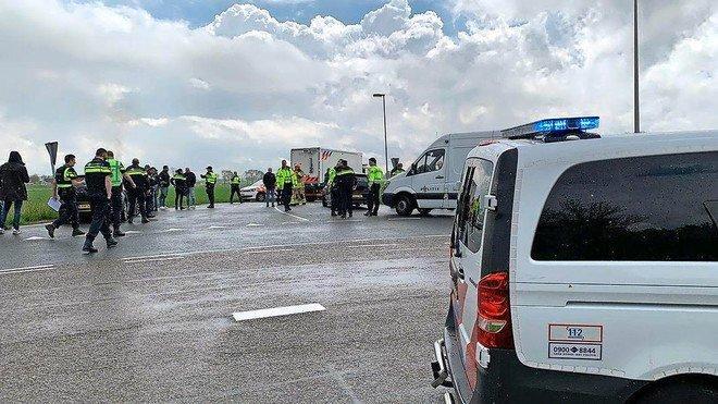 Auto weggesleept uit Broek in Waterland die mogelijk door overvallers van waardetransport is gebruikt