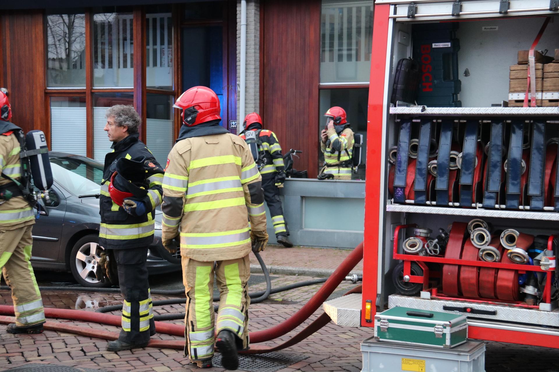 Brand in Muiderberg: bewoners vluchten huis uit, persoon gewond