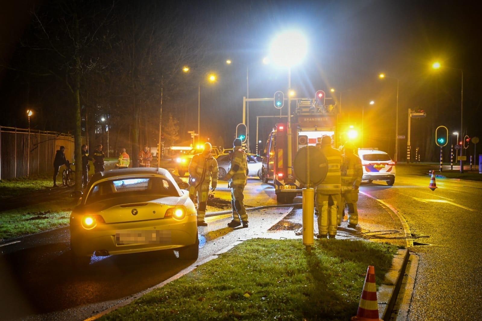 Automobilist knalt tegen lantaarnpaal aan in Hilversum