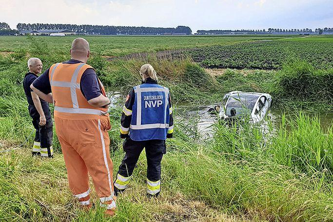 Hulpdiensten groots uitgerukt vanwege auto te water in Nieuw-Vennep