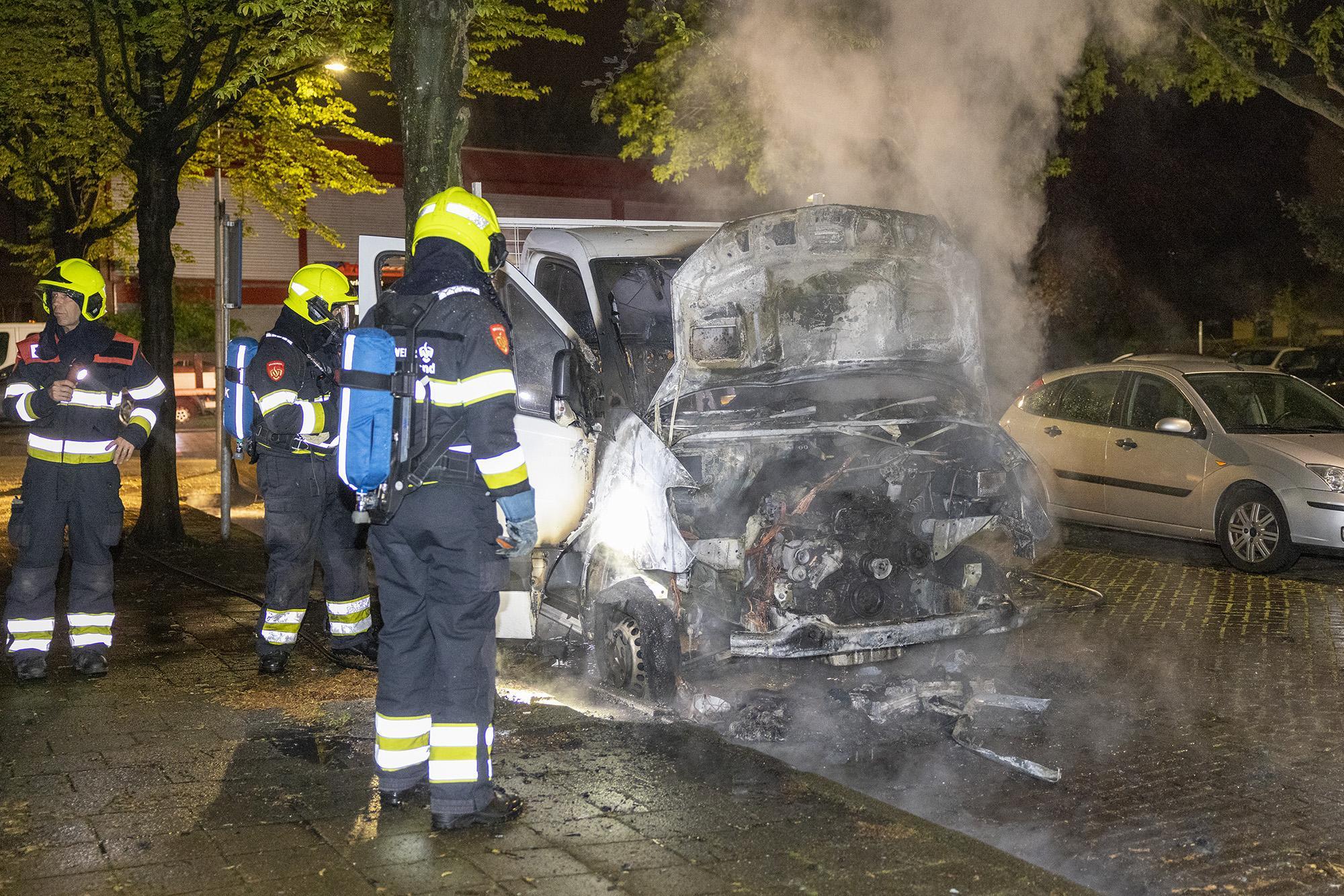 Geparkeerde bakwagen zwaar beschadigd door brand in Haarlem