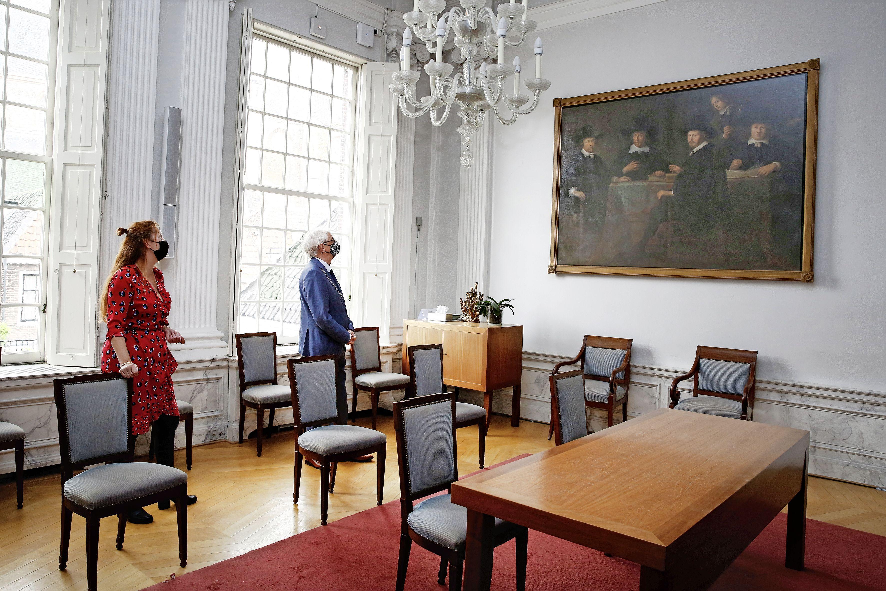 Opgefrist na restauratie: 17e eeuws schilderij Drie Burgemeesters van Weesp terug in de raadzaal van de Vechtstad; Museum hoopt snel deuren te kunnen openen