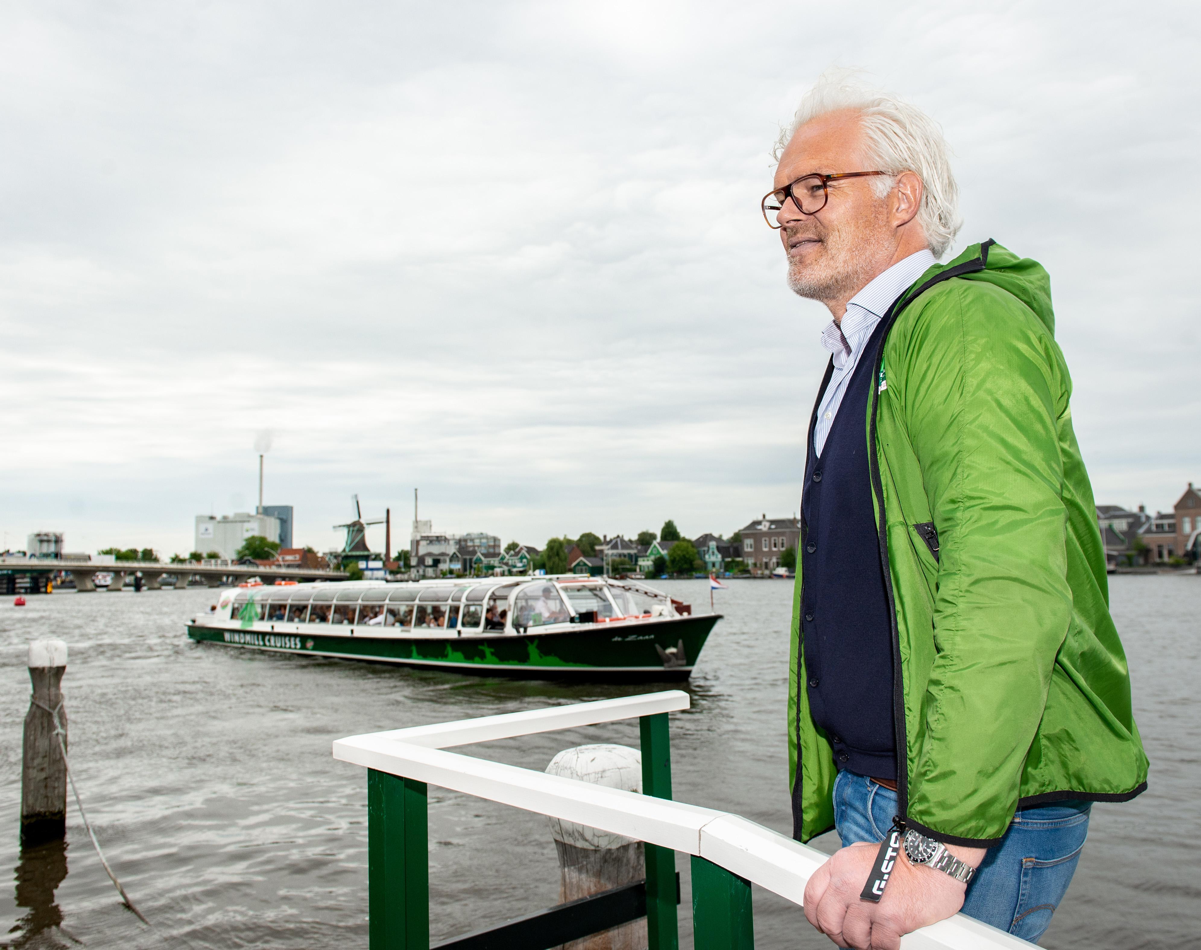 Toeristen bleven lang weg van de Zaanse Schans, Gaby Lovers blij dat toeristen weer rondvaart boeken
