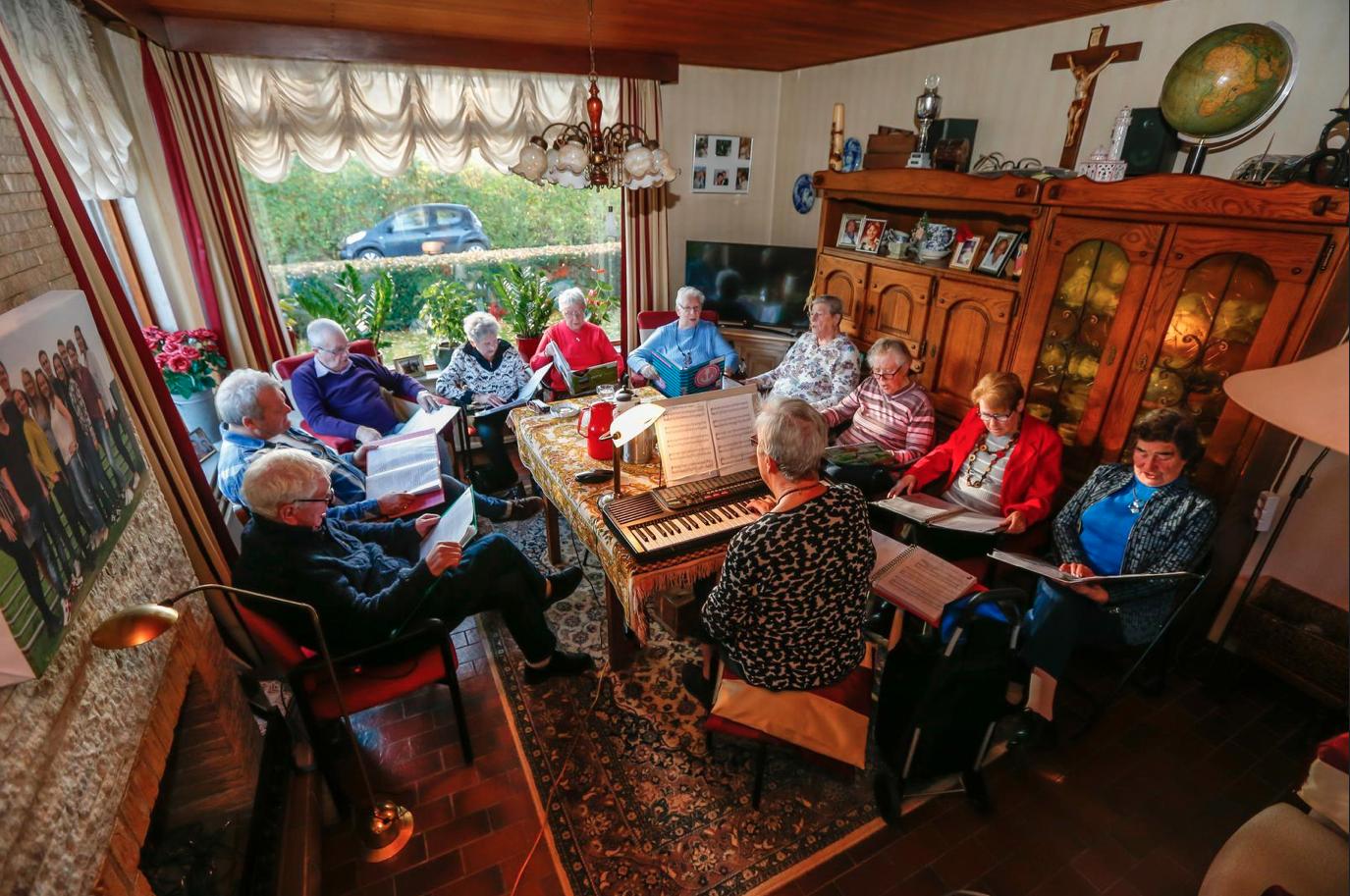 86-jarige bestrijdt eenzaamheid met huiskamerkoor: 'Je hoeft geen nachtegaal te zijn' [video]