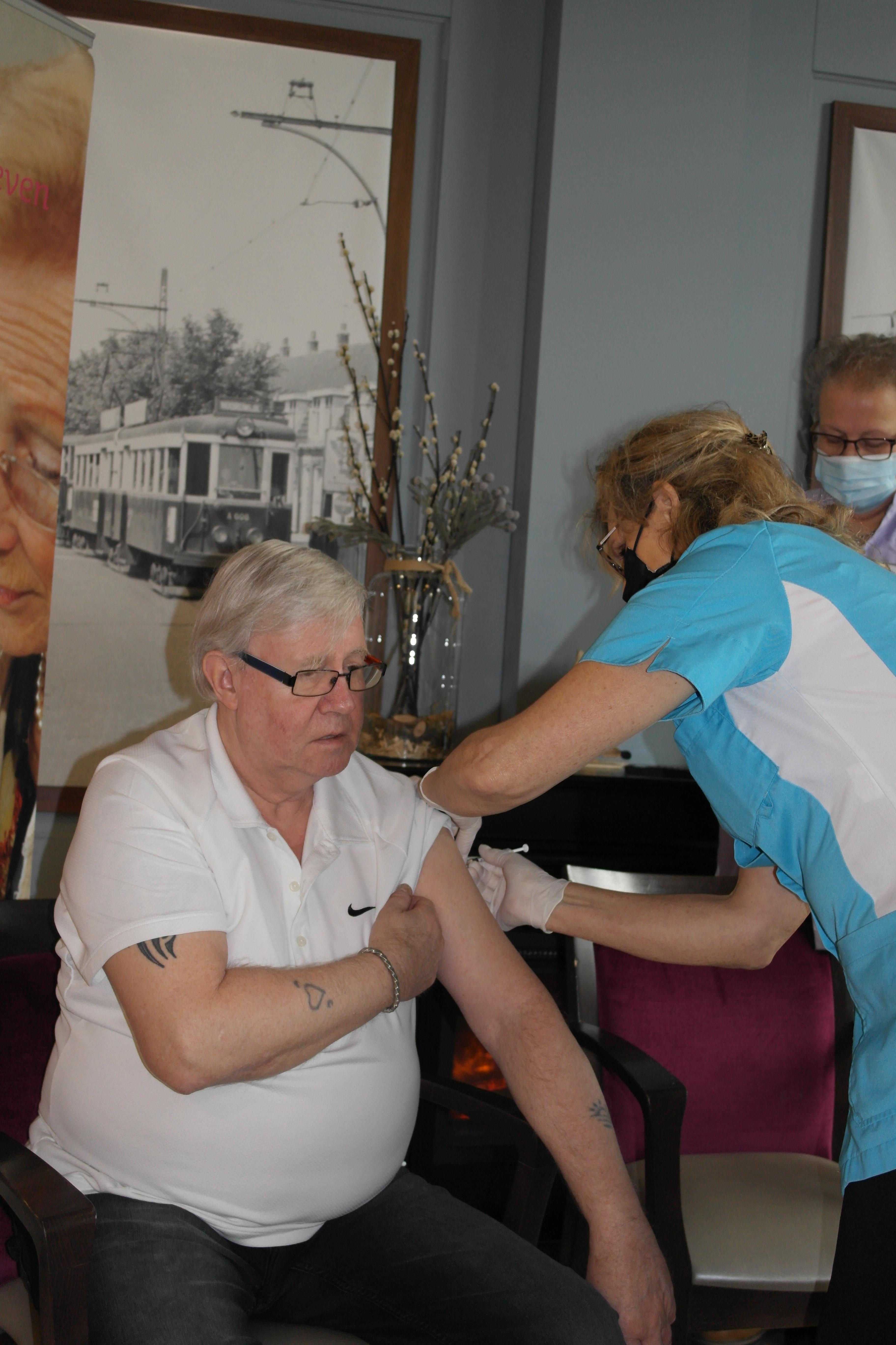 Meneer De Lange, bewoner van verzorgingshuis Vlietstede, is blij met zijn vaccinatie: 'Je voelt er niks van'