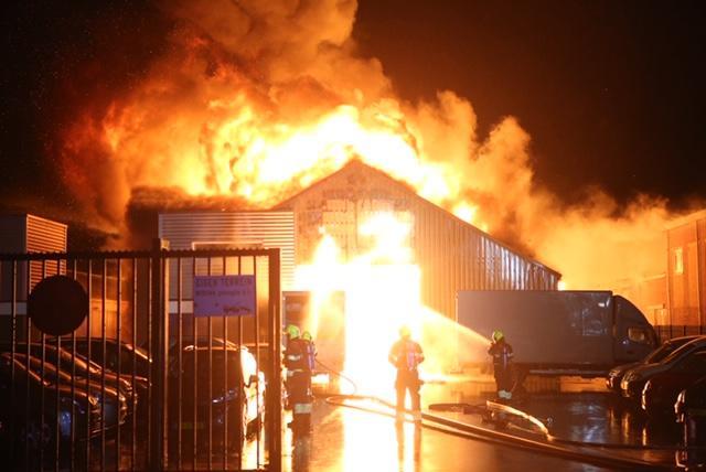Zeer grote brand bij bedrijf in Boesingheliede [video]