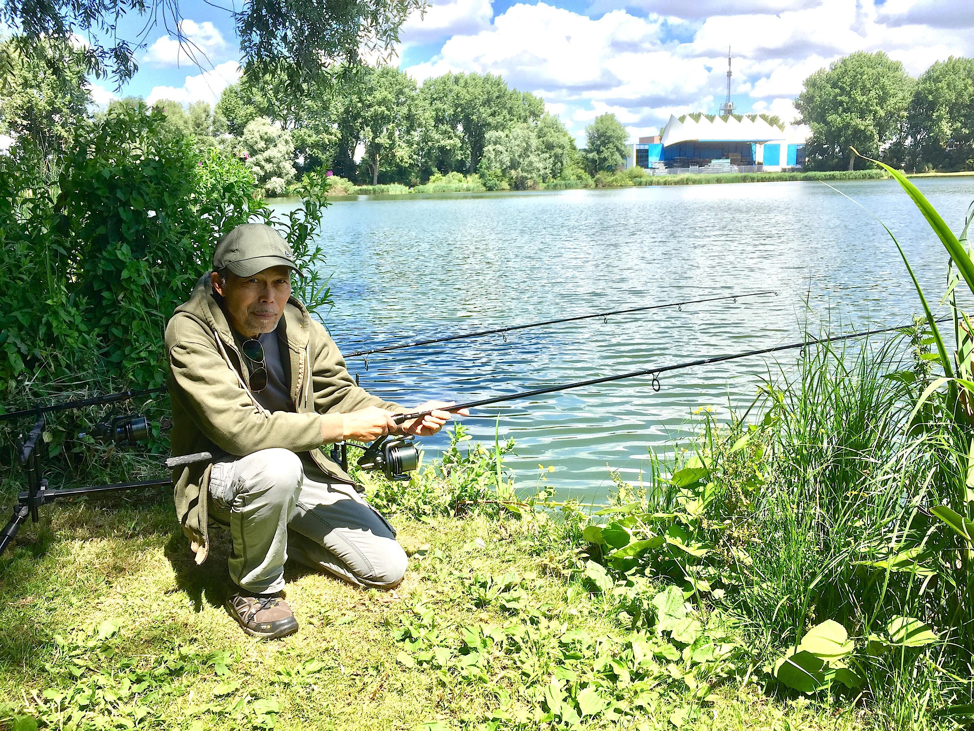 Onderweg: Vissen deed Rene Martens al in zijn jonge jaren in Indonesië. In Holland heeft hij zich altijd kunnen redden door lol te maken