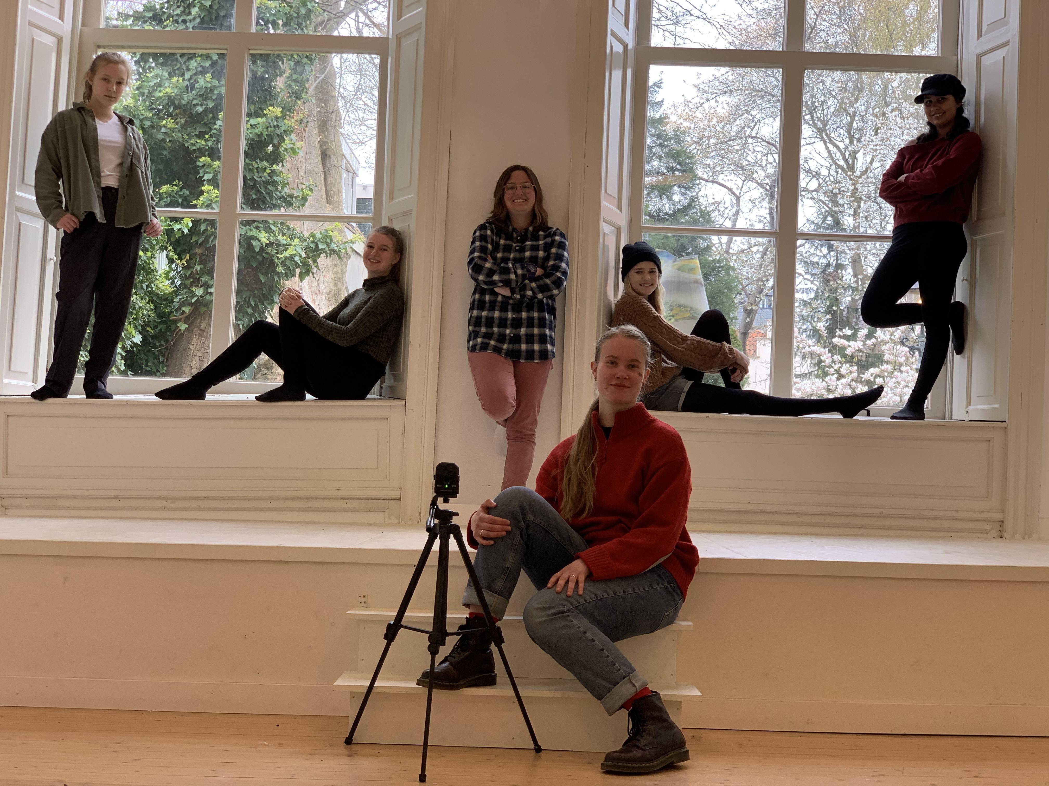Jongeren praten, dansen en filmen over herdenken